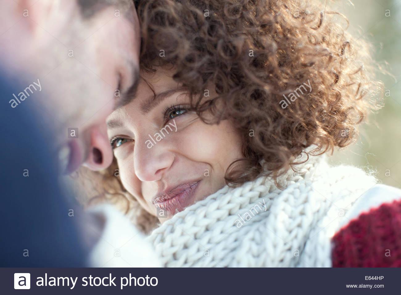 Hombre y mujer sonriendo a otro Imagen De Stock