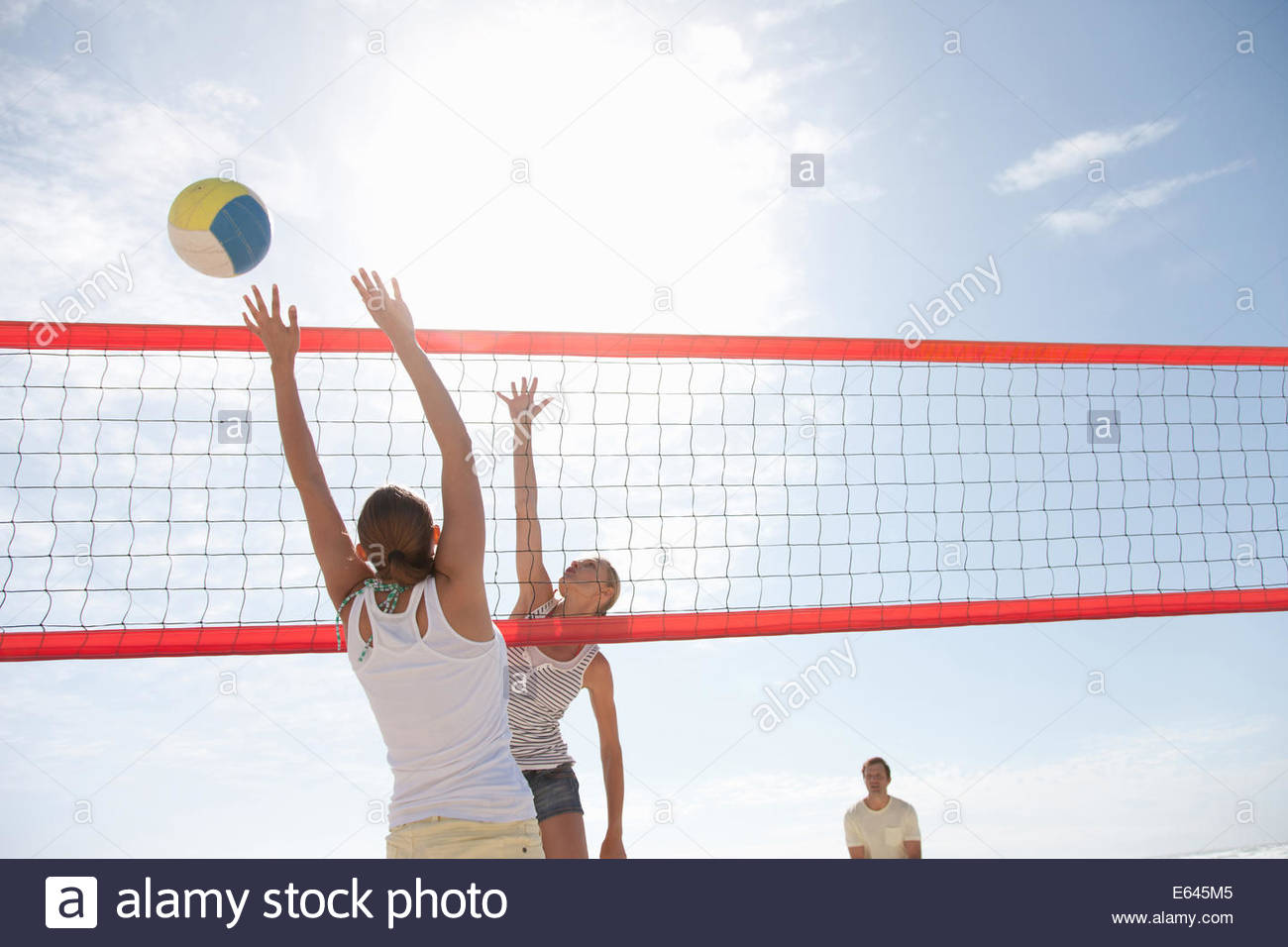 Amigos jugando voleibol Imagen De Stock
