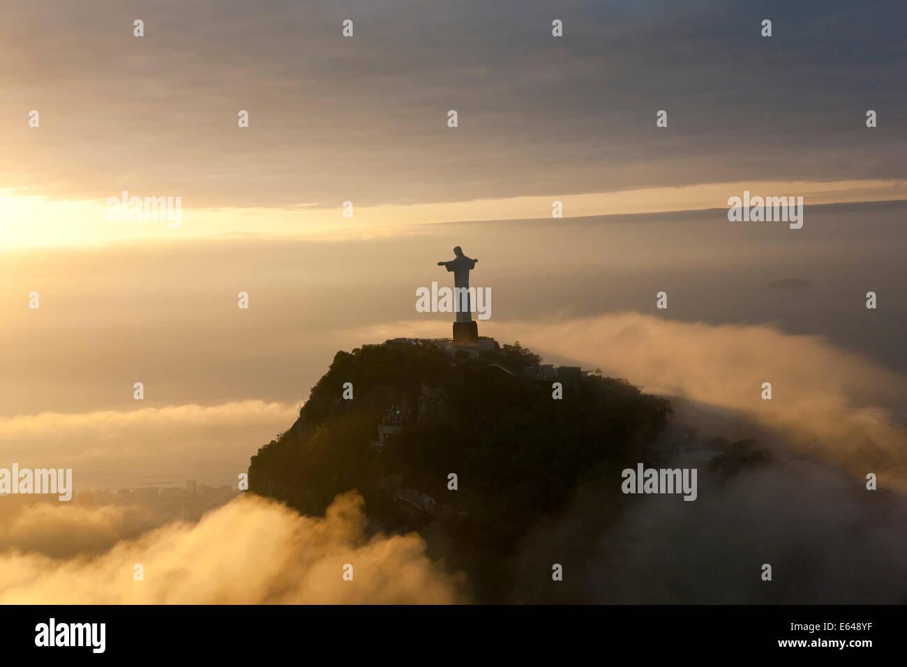 La gigantesca estatua Art Decó conocido como Jesús el Cristo Redentor (Cristo Redentor) en la montaña Imagen De Stock