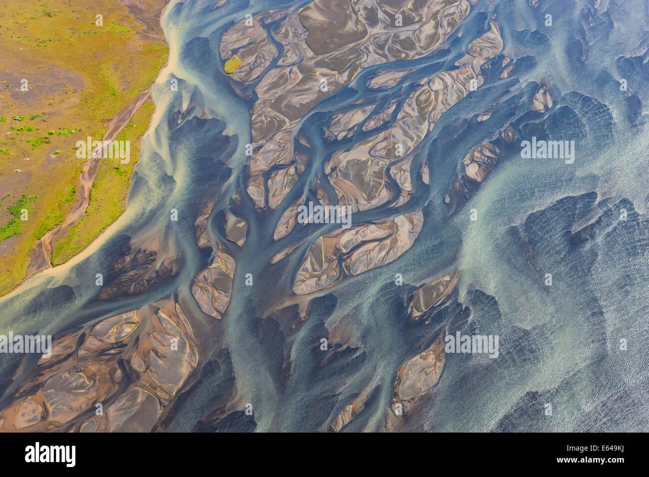 Vista aérea del río Hosa coloreada por la fusión glacial, SW Islandia Foto de stock