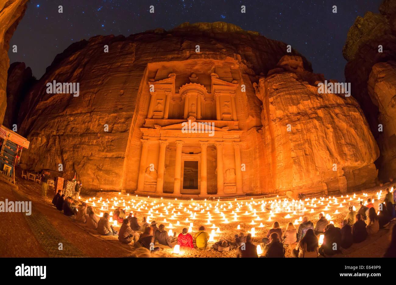 El Tesoro (El Khazneh), por la noche, iluminado por velas, Petra, Jordania Imagen De Stock