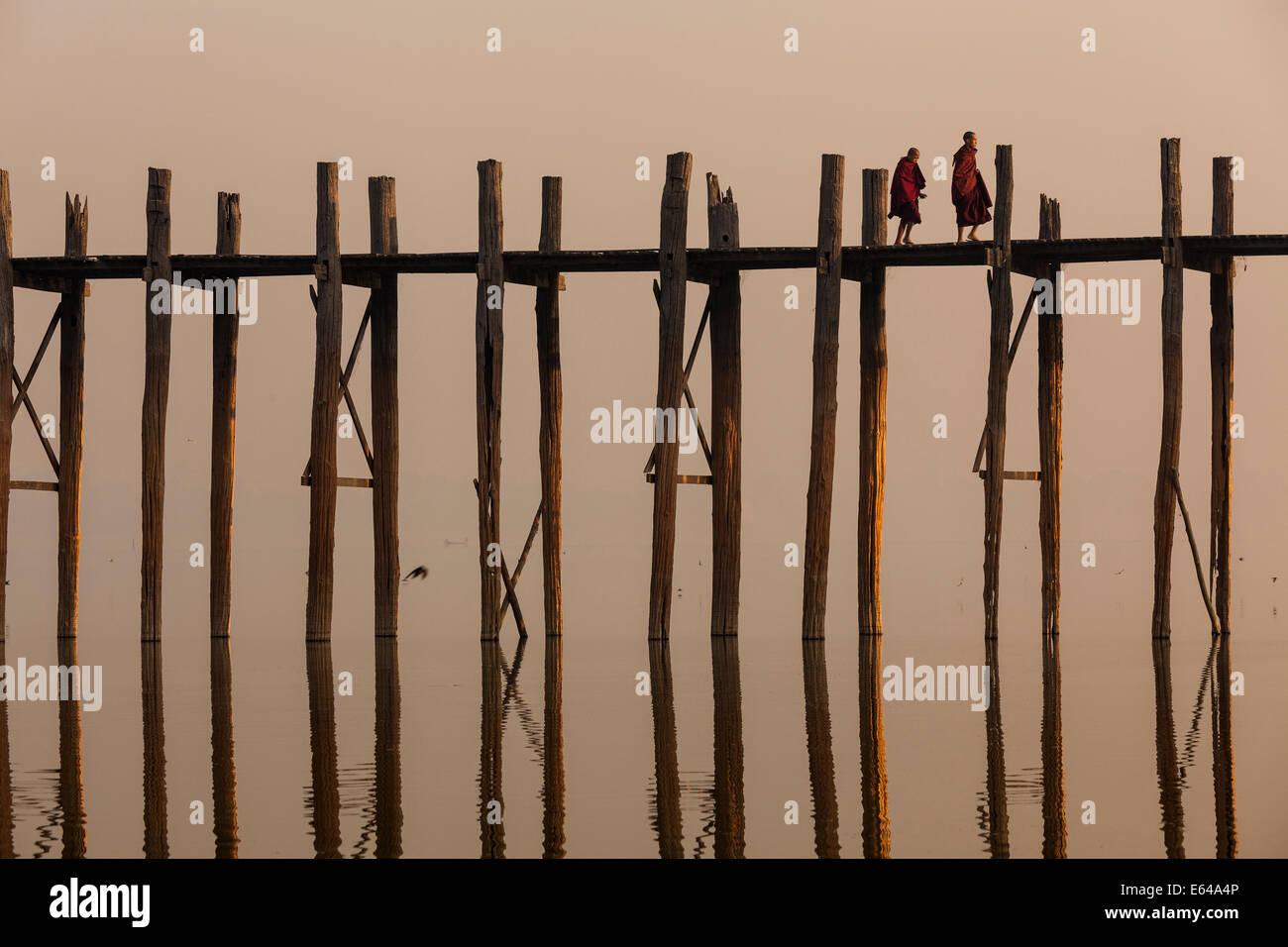 Puente de teca U Bein al amanecer, Mandalay, Myanmar Imagen De Stock