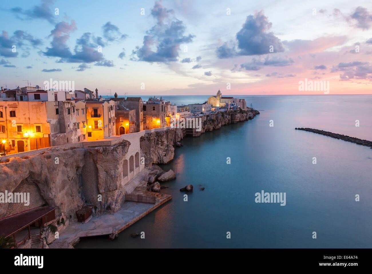 La ciudad con la iglesia de San Francesco, Vieste, Gargano, distrito de Foggia, Puglia, Puglia, Italia Imagen De Stock