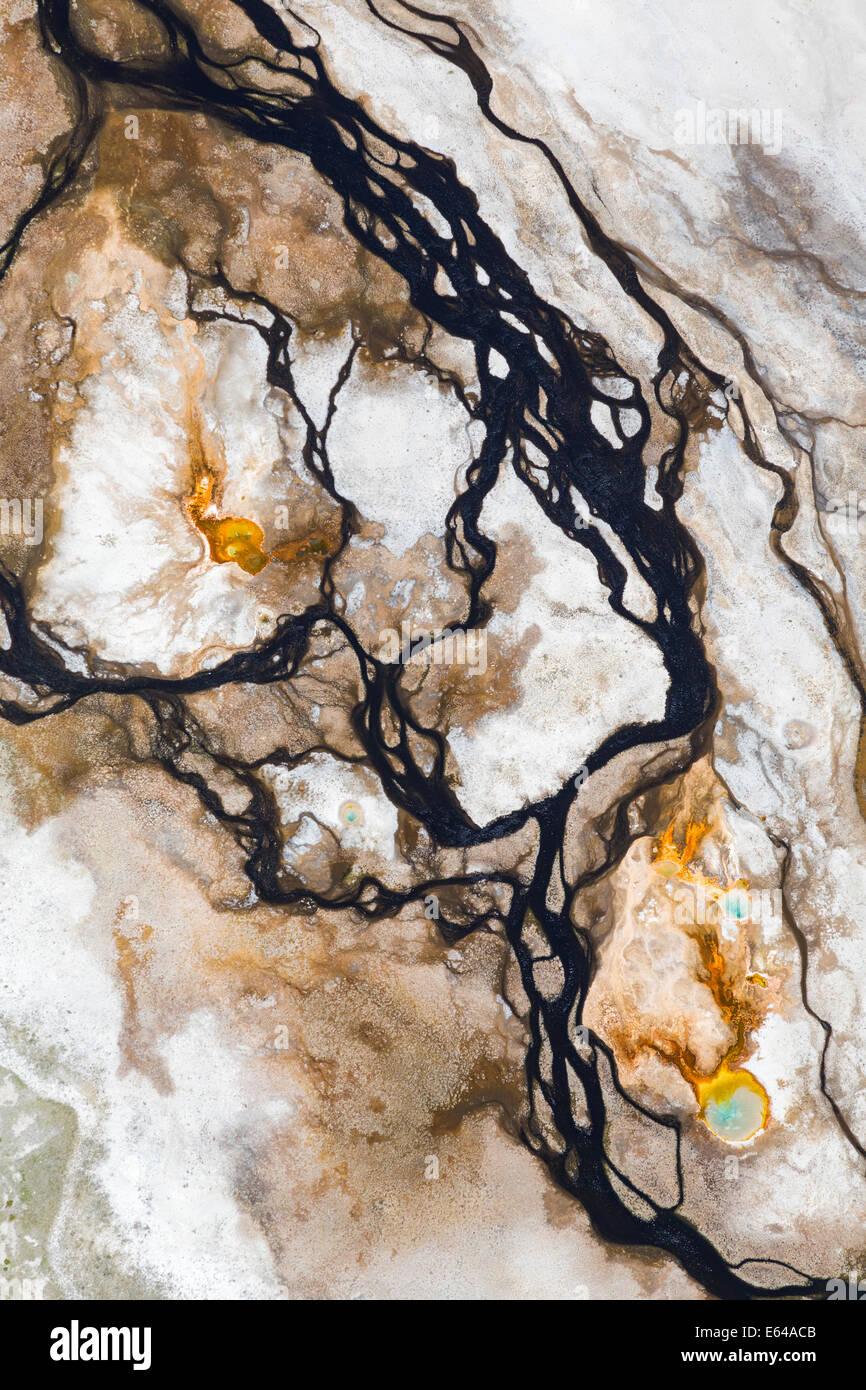 Agua de manantial caliente y patrones desde el aire, el Parque Nacional Yellowstone, Wyoming, EE.UU. Imagen De Stock