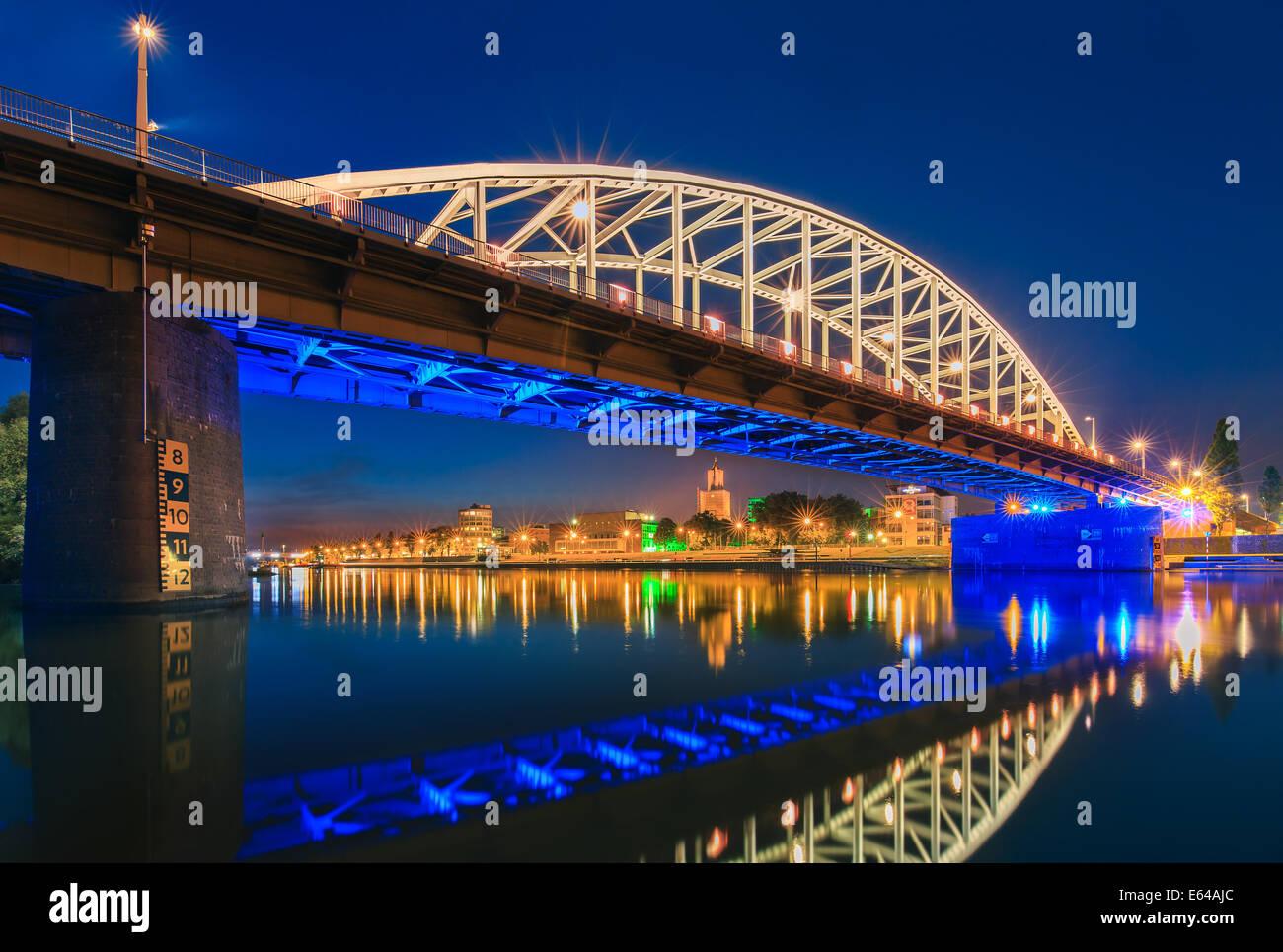 John John Frostbrug Frost Bridge (en holandés) es la carretera puente sobre el Bajo Rhin en Arnhem, en los Países Bajos. Foto de stock