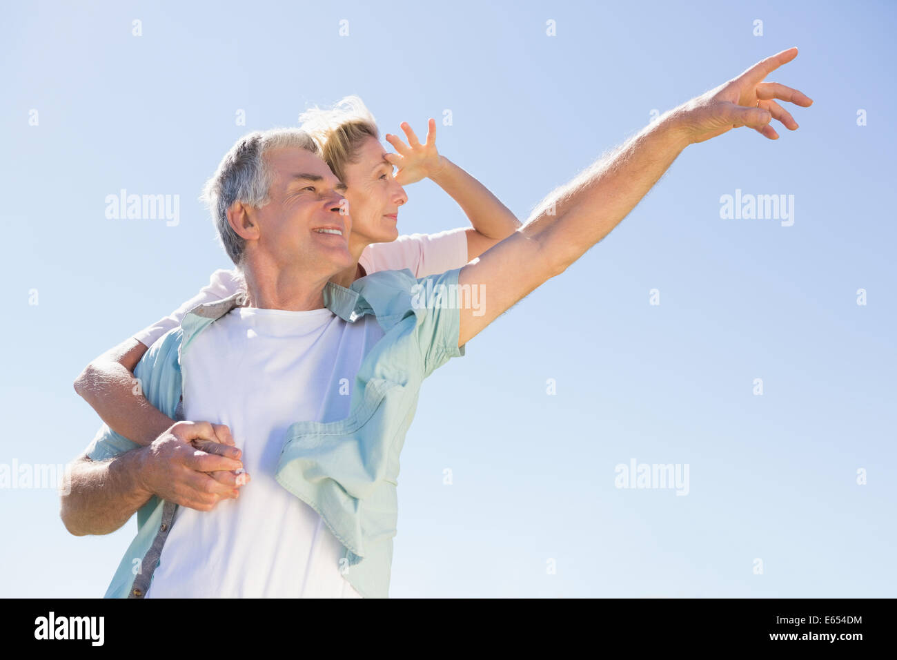 Feliz senior hombre dando su pareja un piggy back Imagen De Stock