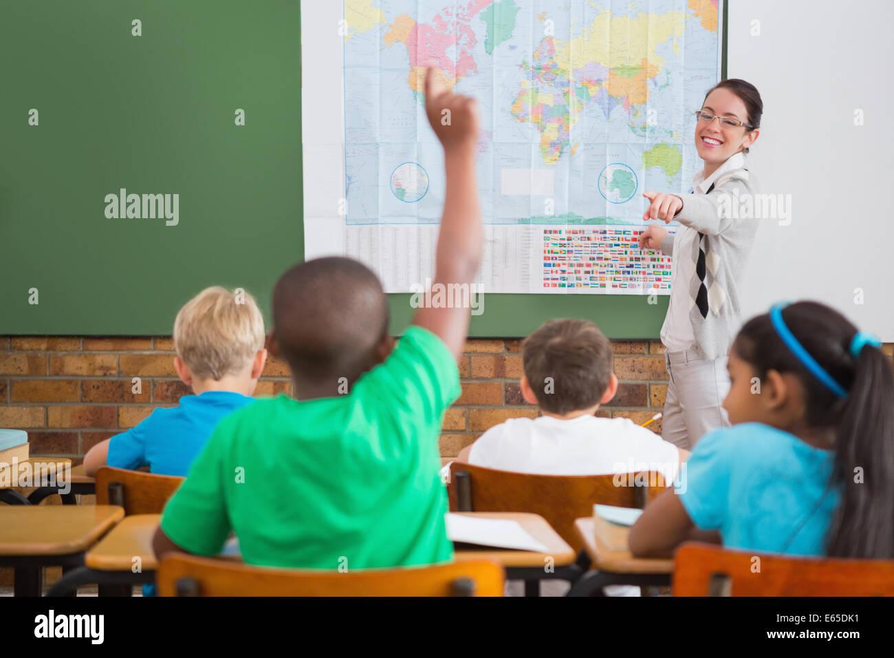 Alumno levantando la mano en el aula Imagen De Stock