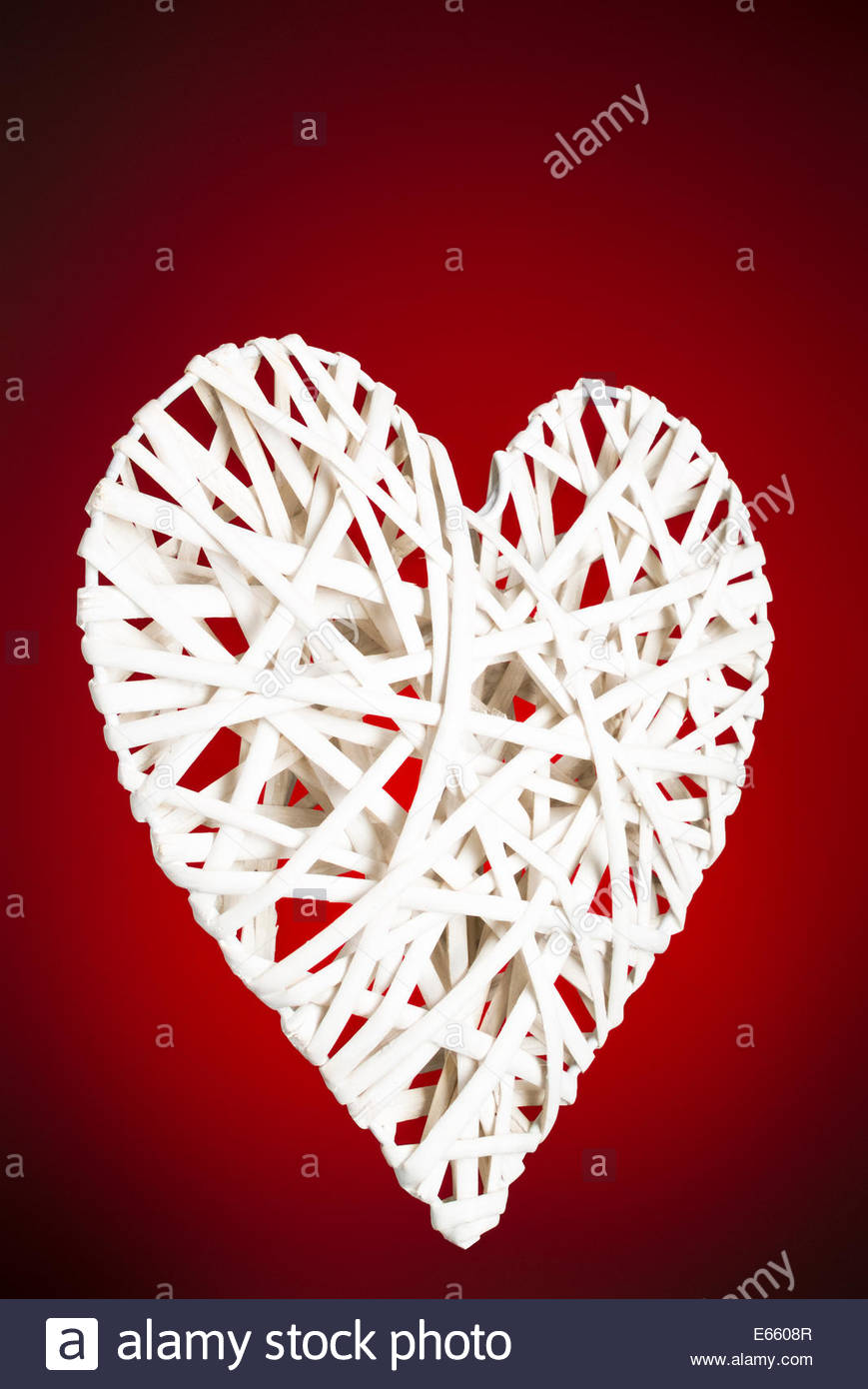 Corazón de celosía sobre fondo rojo. Imagen De Stock