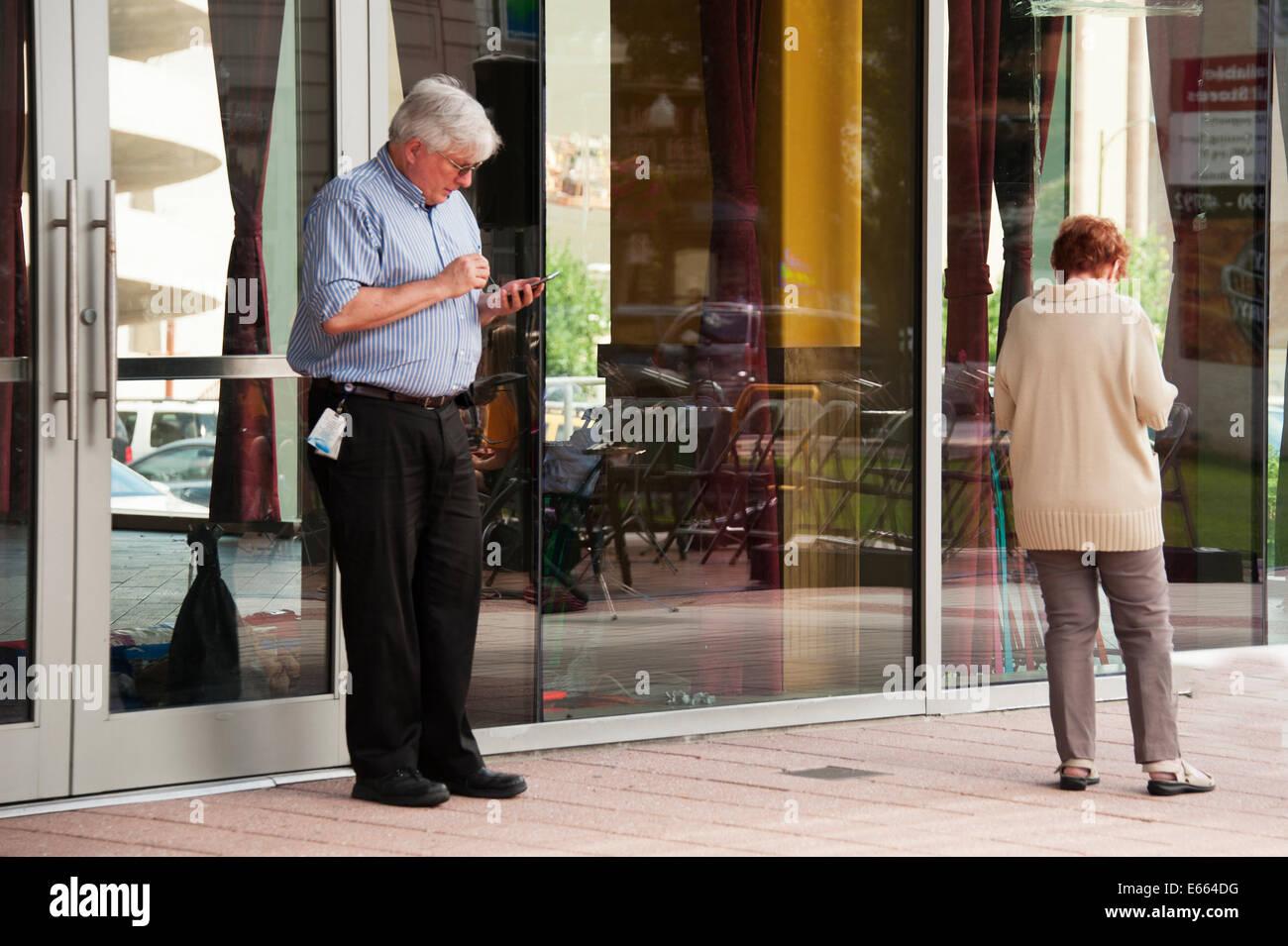 El esposo y la esposa Texting Imagen De Stock