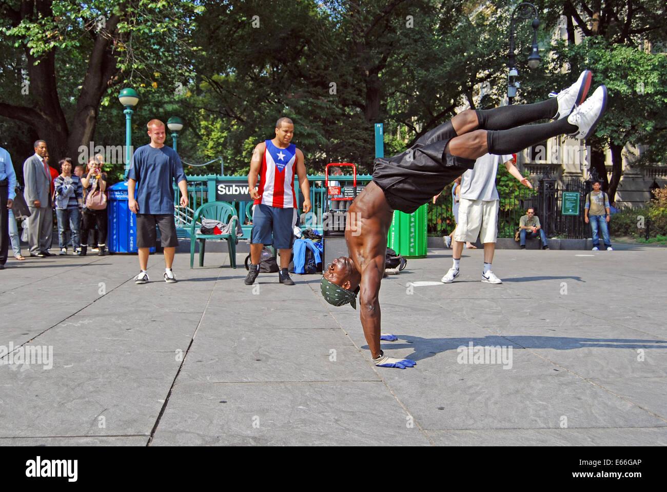 Macho bailarina callejera realizando para documentos cerca de City Hall en el Bajo Manhattan, Ciudad de Nueva York Imagen De Stock