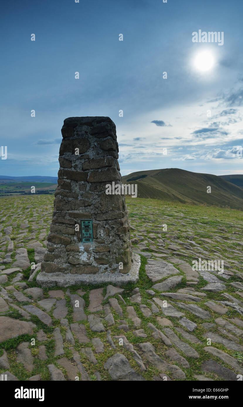 Trig Point en la parte superior de Mam Tor, Derbyshire, UK Imagen De Stock