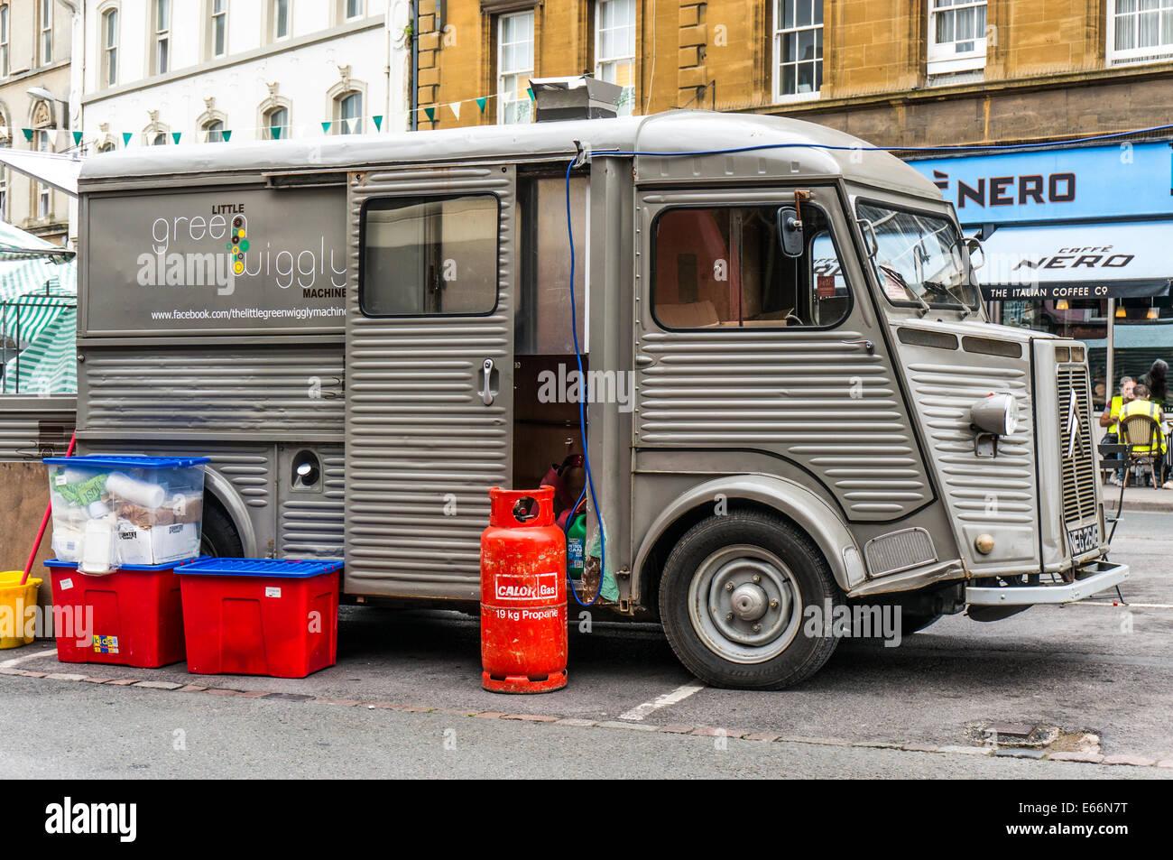 El Little Green Wiggly máquina, un especialista convierten 1970 Citroën H Van, vender comida en la calle en la ciudad de Cirencester, Cotswolds, Inglaterra, Reino Unido. Foto de stock