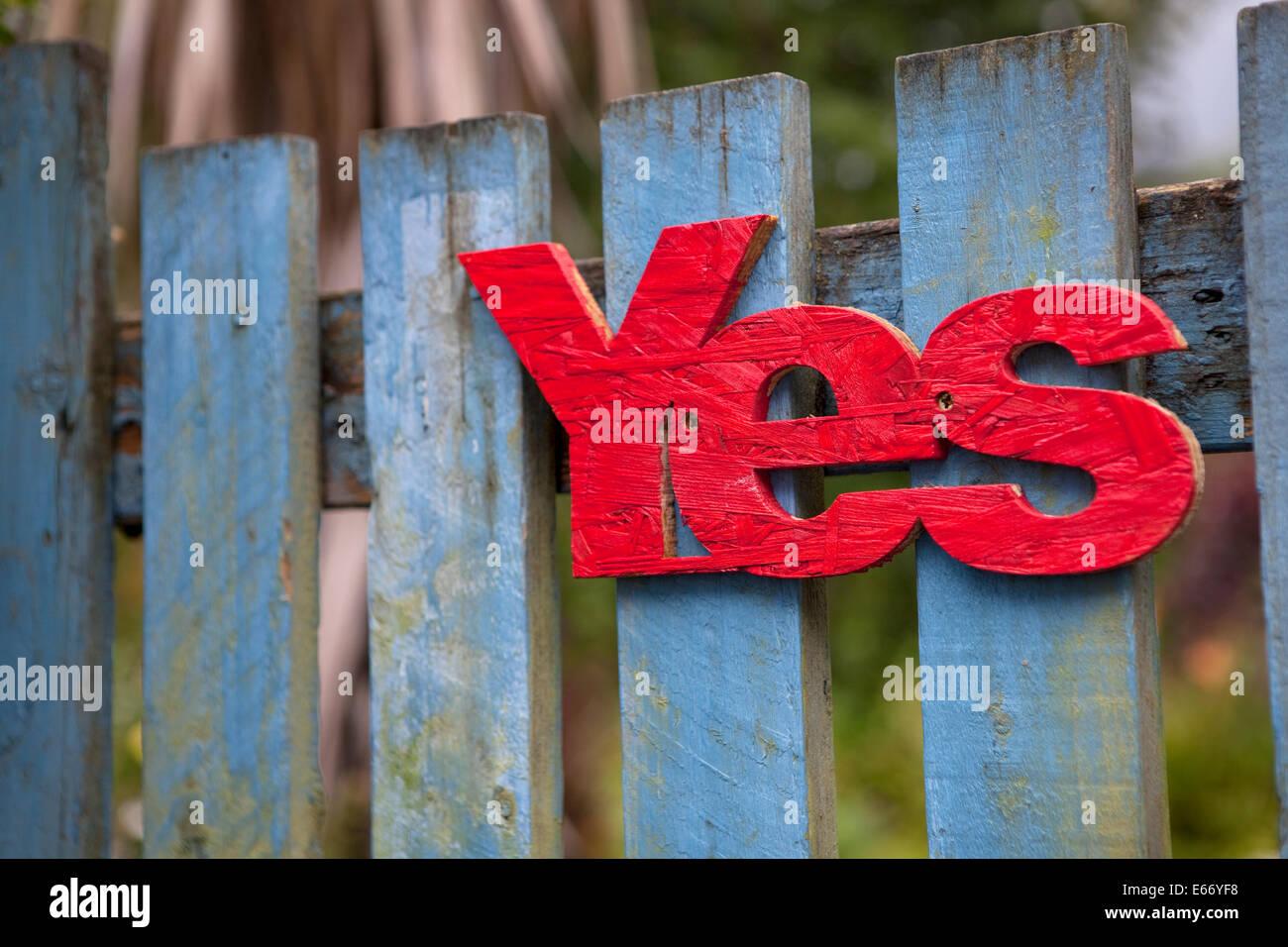 Rojo 'yes' clavado en una puerta de madera azul en Escocia en apoyo de la independencia de Escocia en 2014. Imagen De Stock