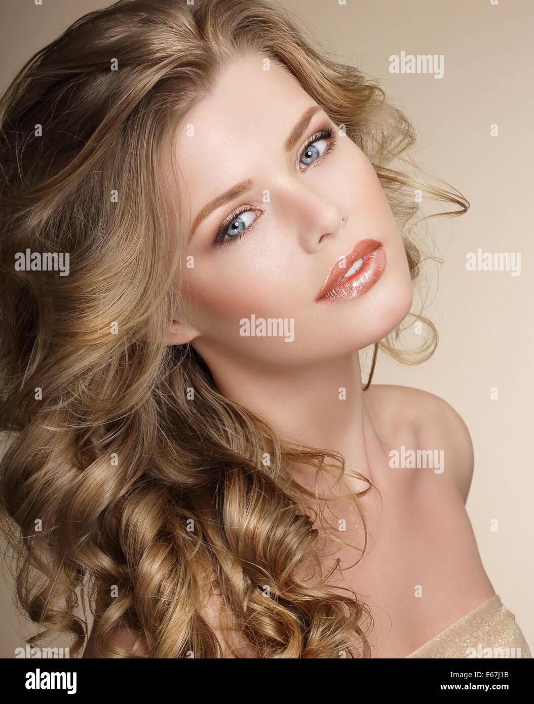La perfección. Preciosa hembra con Frizzy cabello sano Cenicienta Imagen De Stock