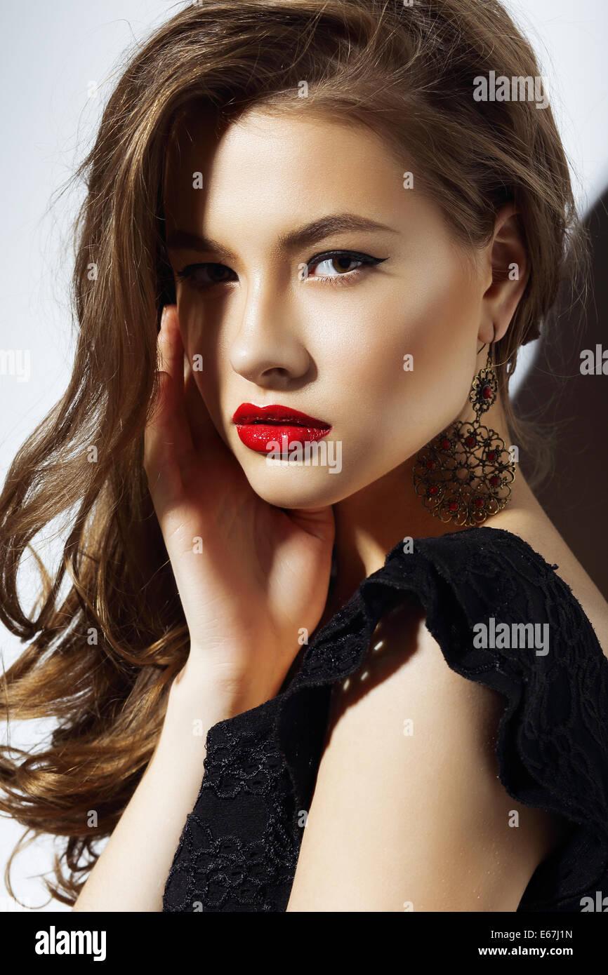 El carisma. Hermosa Mujer aristocrática con labios rojos Imagen De Stock
