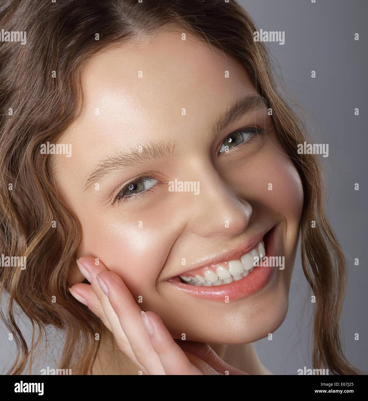 Sincera sonrisa ganadora. Cara de Feliz agradable joven Imagen De Stock