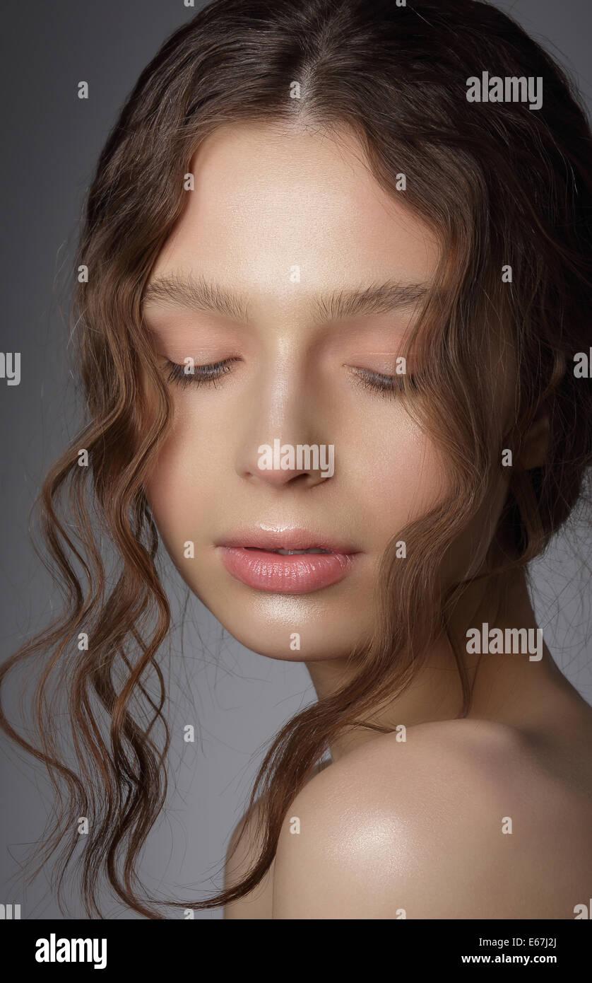 Chica de ensueño con los ojos cerrados en los pensamientos. Limpiar la piel natural Imagen De Stock