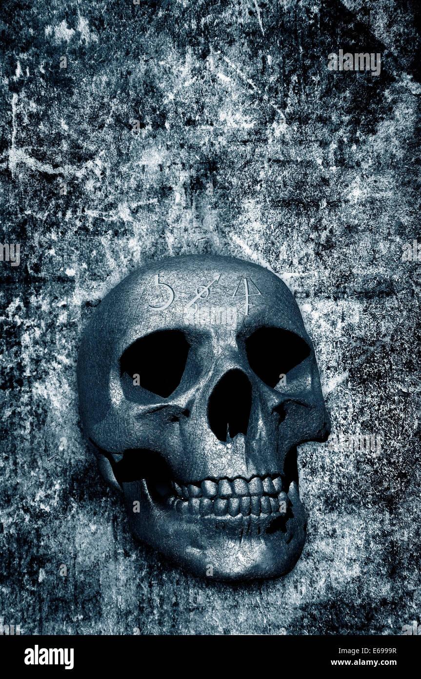 Cráneo en 3D con símbolos mágicos sobre un fondo grunge Foto de stock