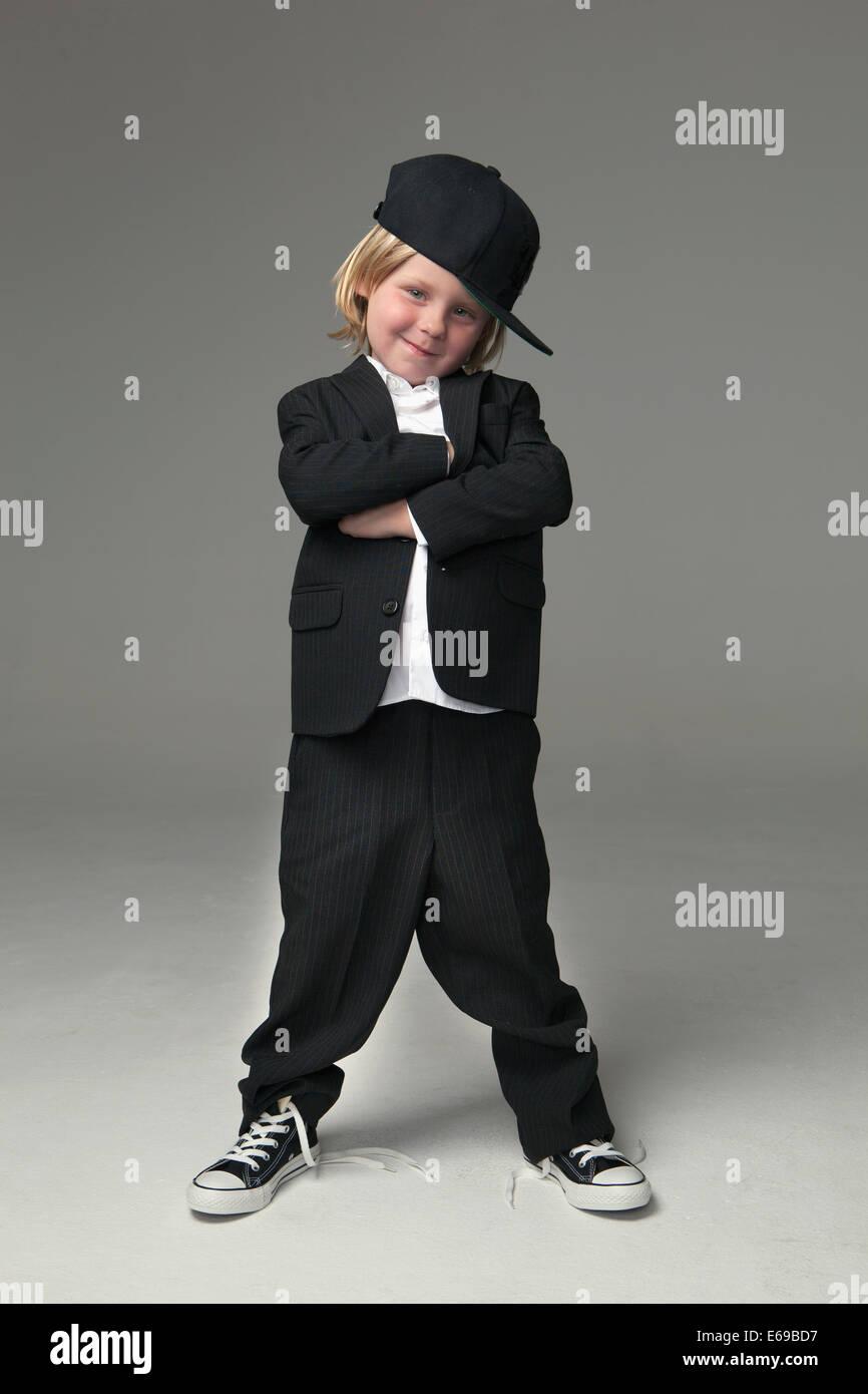 Muchacho caucásico posando en traje sobredimensionado Foto de stock