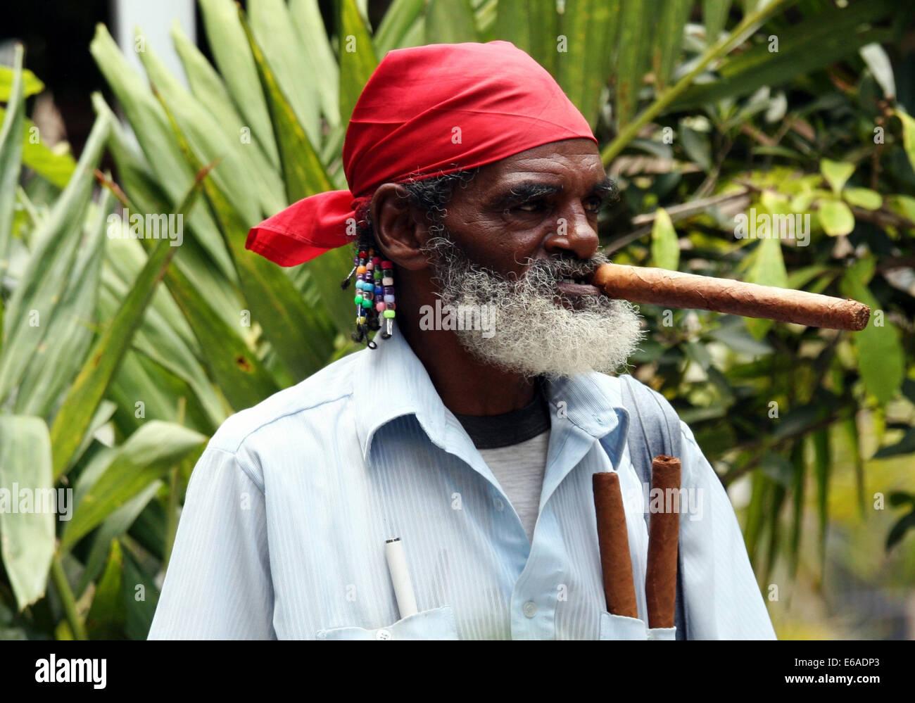 Fumar cigarro,,Cuba,etnia cubana Imagen De Stock