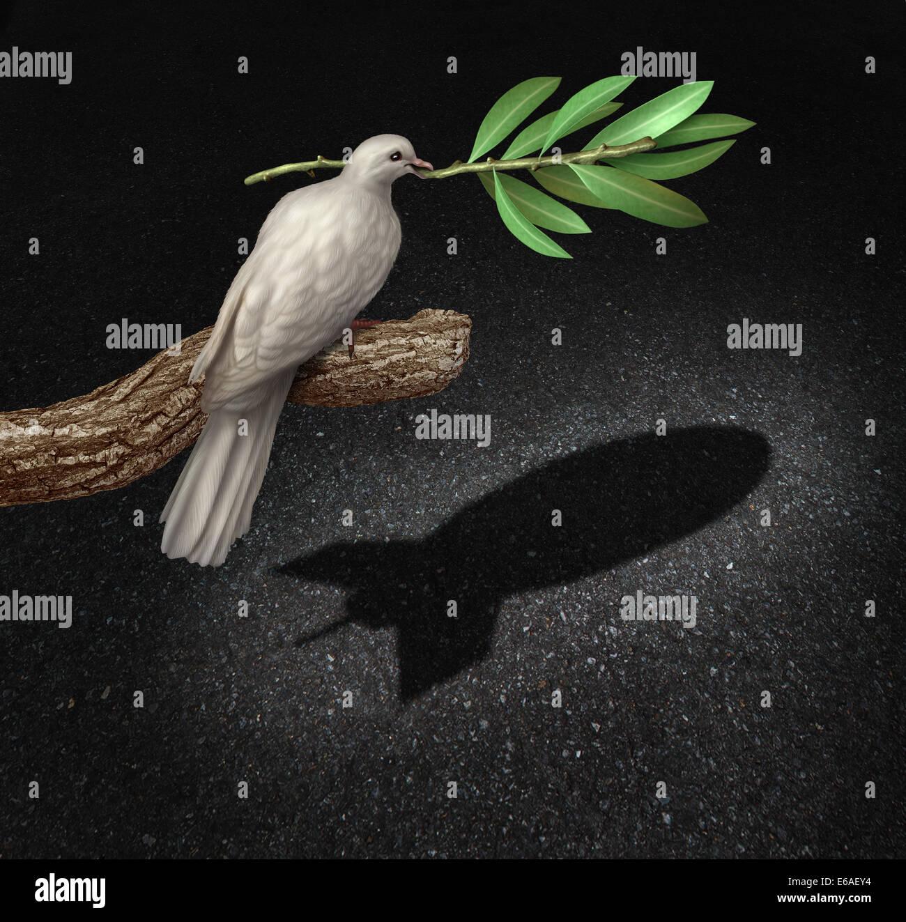 Riesgo de guerra concepto como una paloma de paz la libertad sosteniendo una rama de olivo una sombra que se modela Imagen De Stock