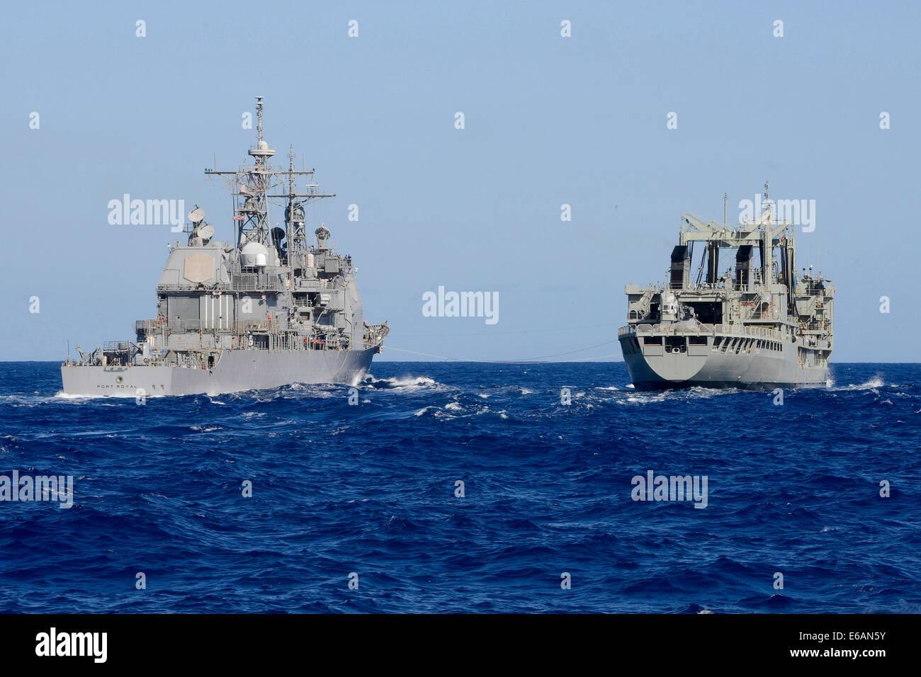 El crucero de misiles guiados USS Port Royal (CG 73), a la izquierda, se prepara para repostar en el mar con la Real Marina australiana HMAS lubricador de reaprovisionamiento multiproducto éxito (o 304) durante el borde del Pacífico (Rimpac 2014) en el Océano Pacífico el 19 de julio de 2014. RIMPAC es Foto de stock