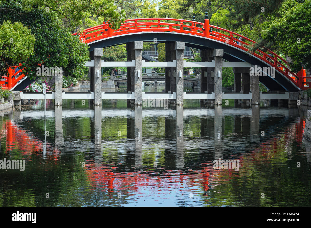 Osaka, Japón, en el puente de tambor Taiko Grand Sumiyoshi Taisha Shrine. Imagen De Stock