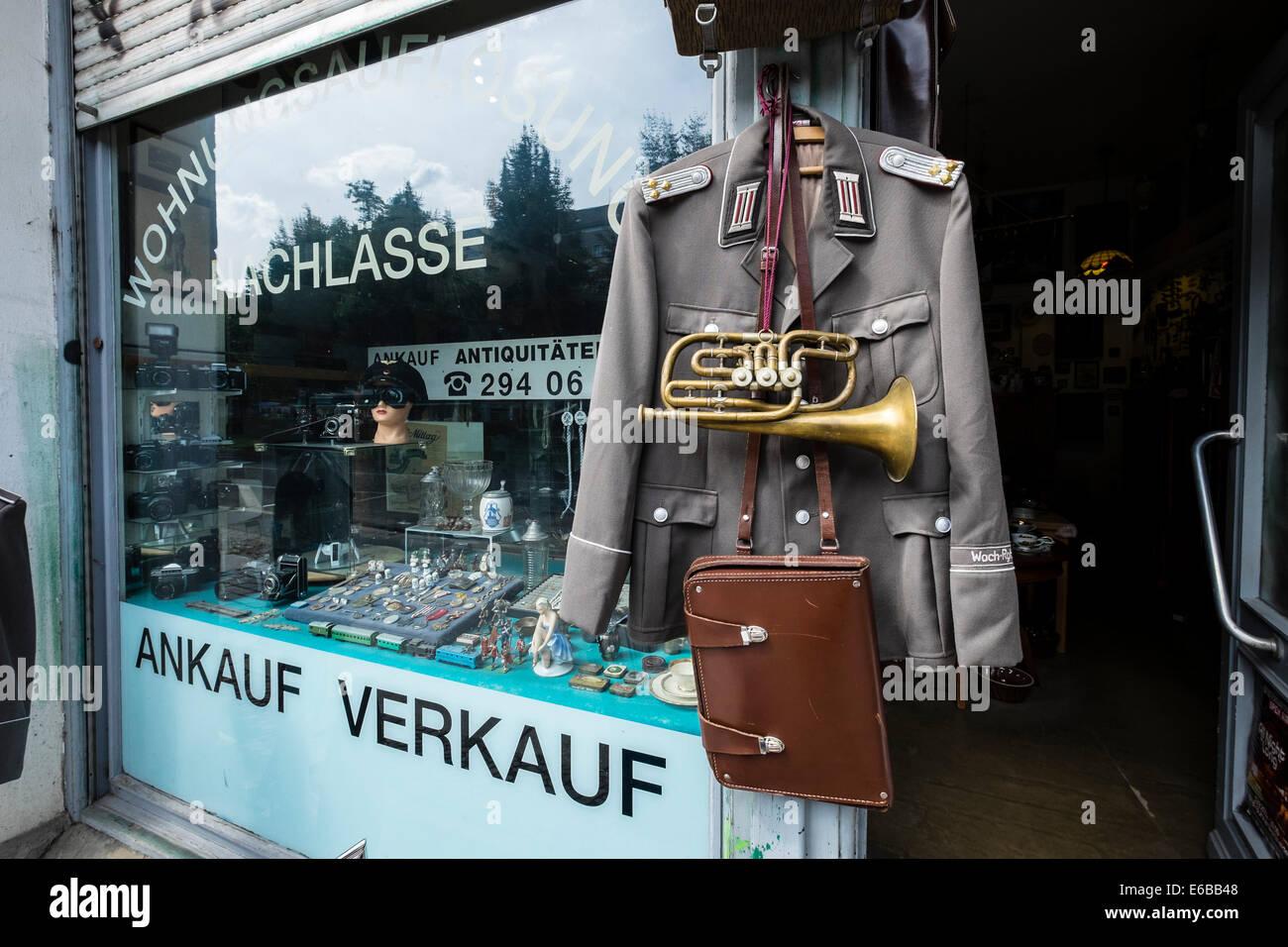 Tienda de antigüedades venta de artículos militares, en el distrito de Friedrichshain de Berlín, Imagen De Stock