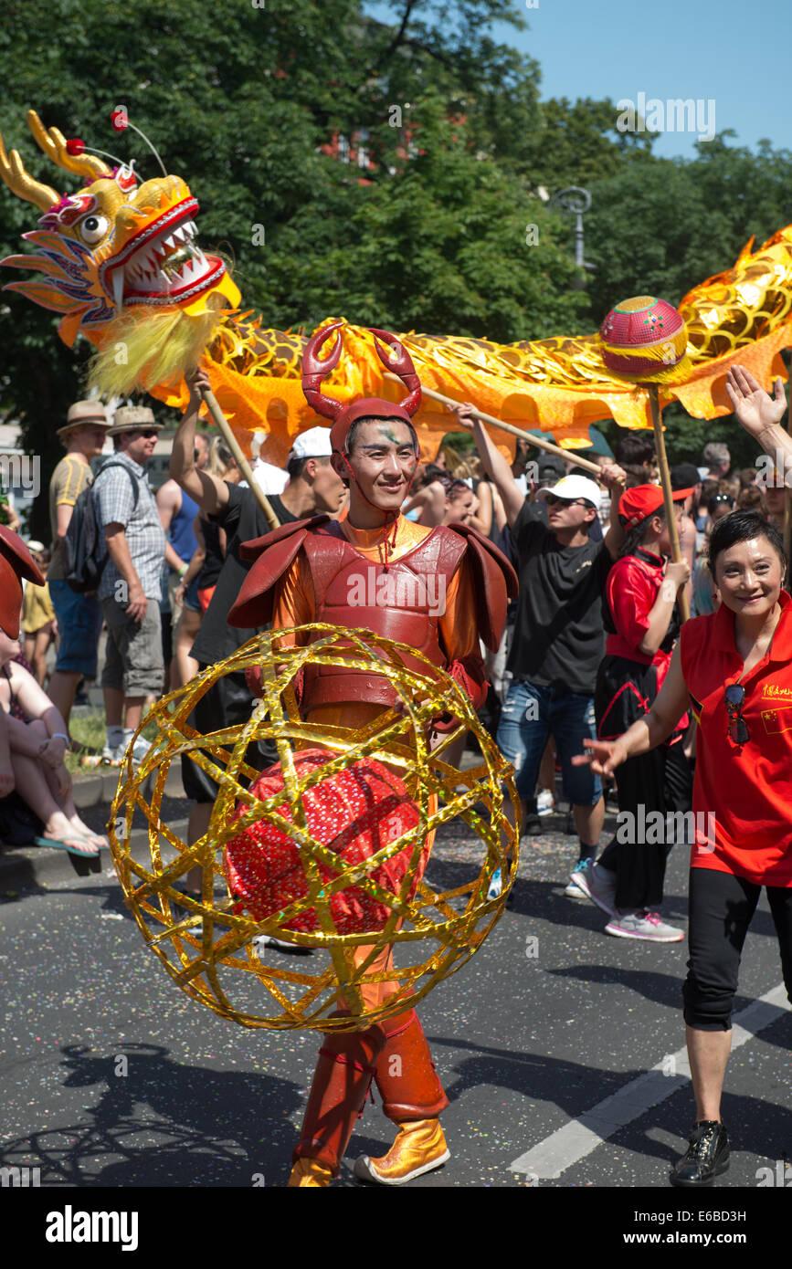 Los participantes en el Karneval der Kulturen (Carnaval de las culturas), uno de los principales festivales urbanos Foto de stock