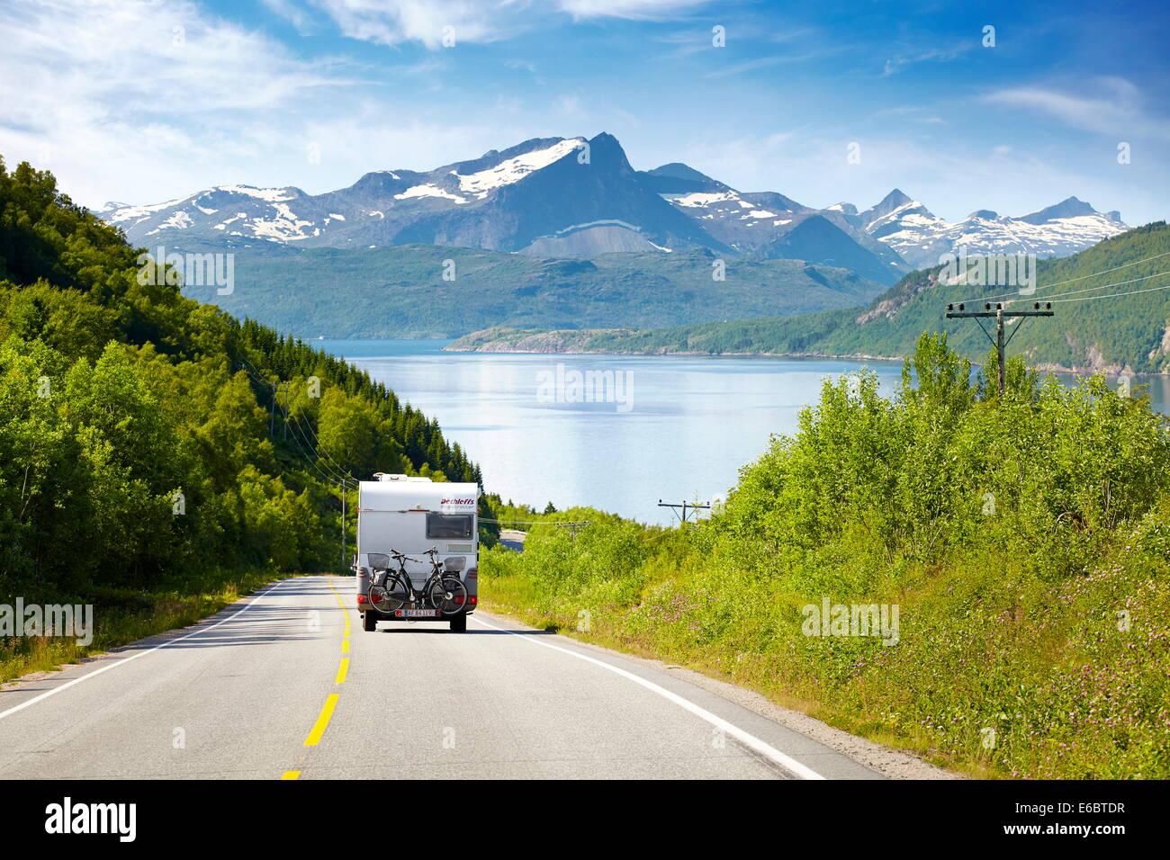 Norvegian paisaje con blanco sobre la autocaravana E6 Road Highway, Noruega Foto de stock