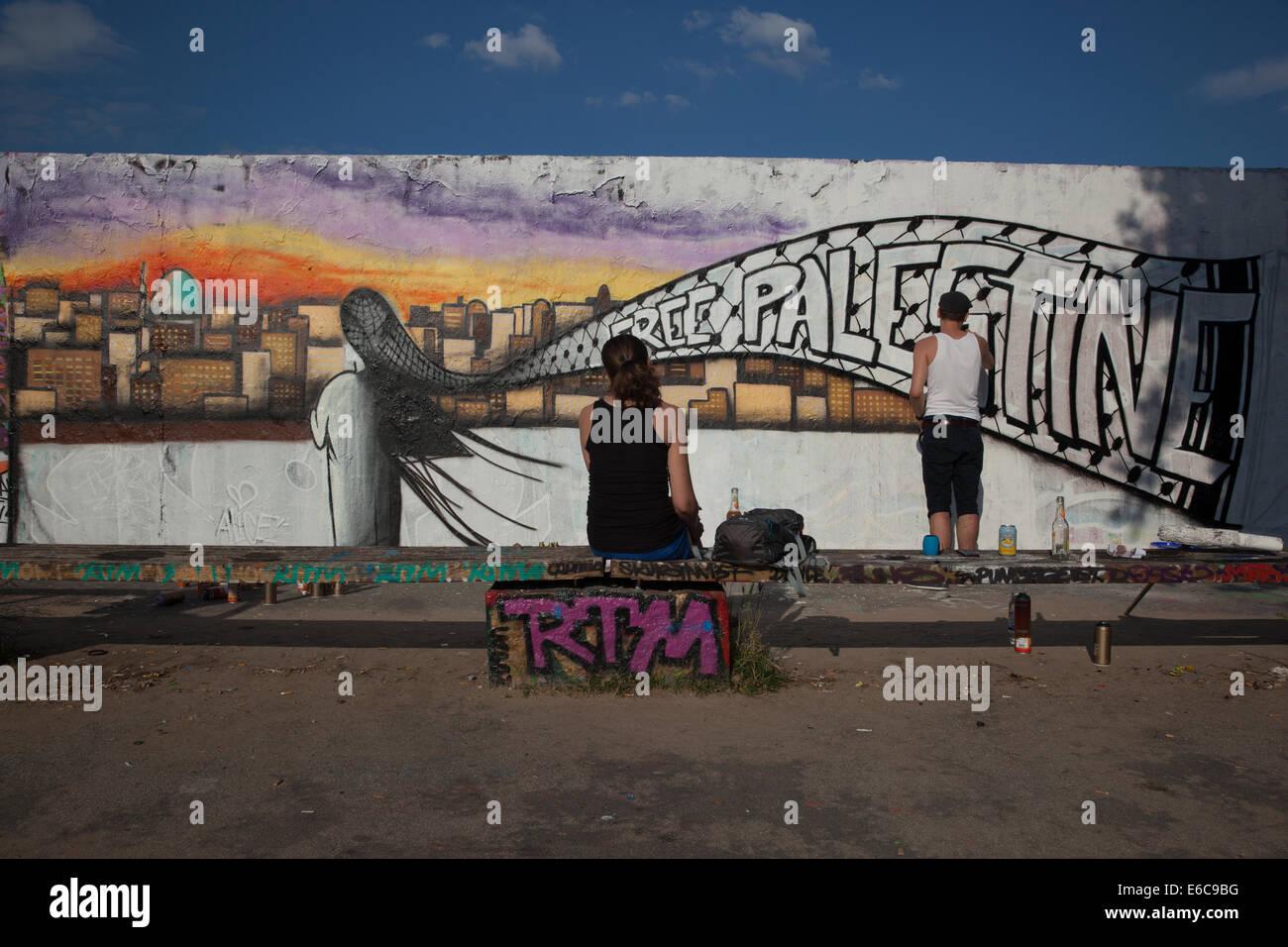 Un artista de graffiti pintado en el muro de Berlín Imagen De Stock