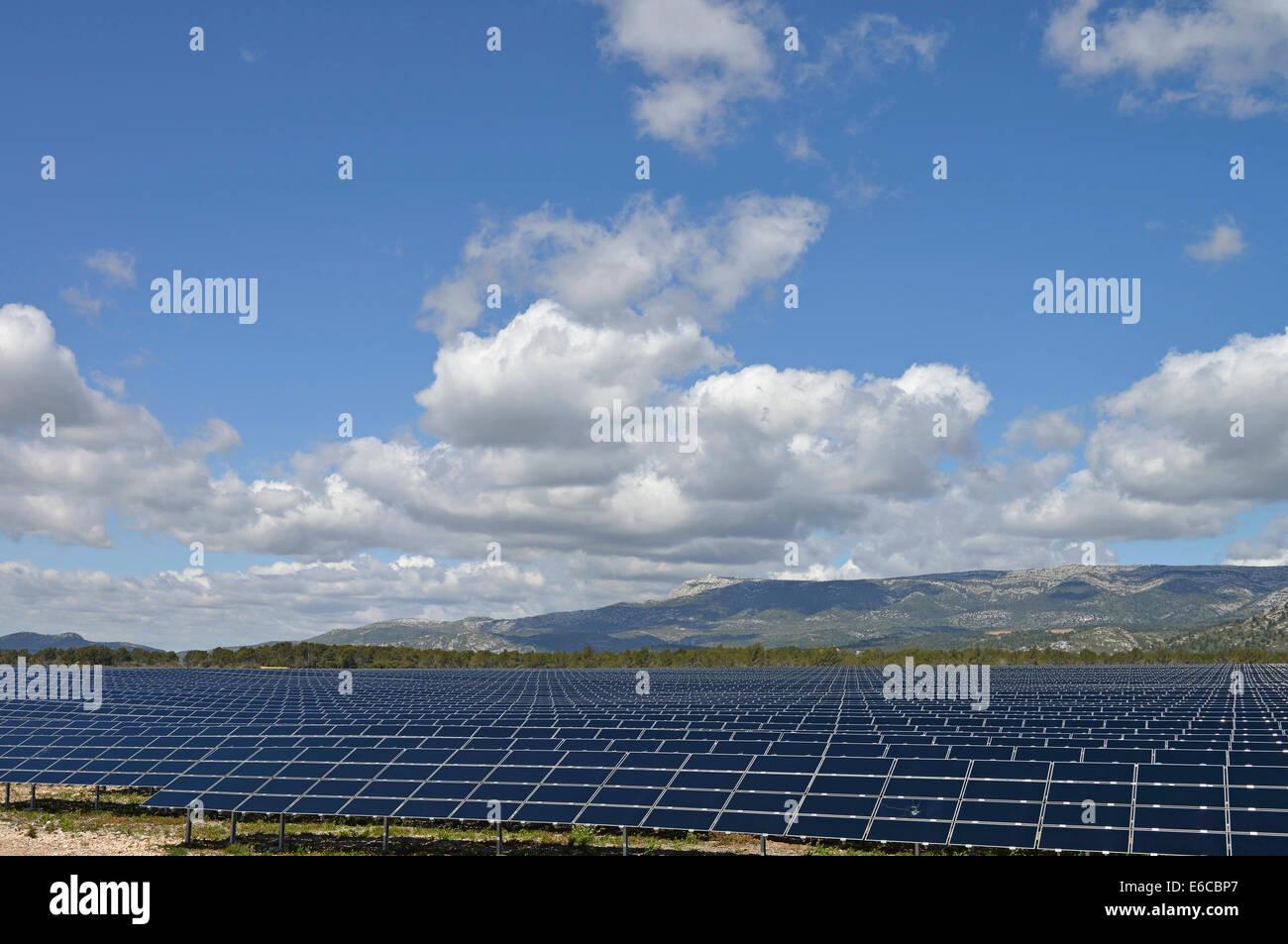 Gran variedad de paneles solares de energía renovable en una granja solar en el campo Imagen De Stock