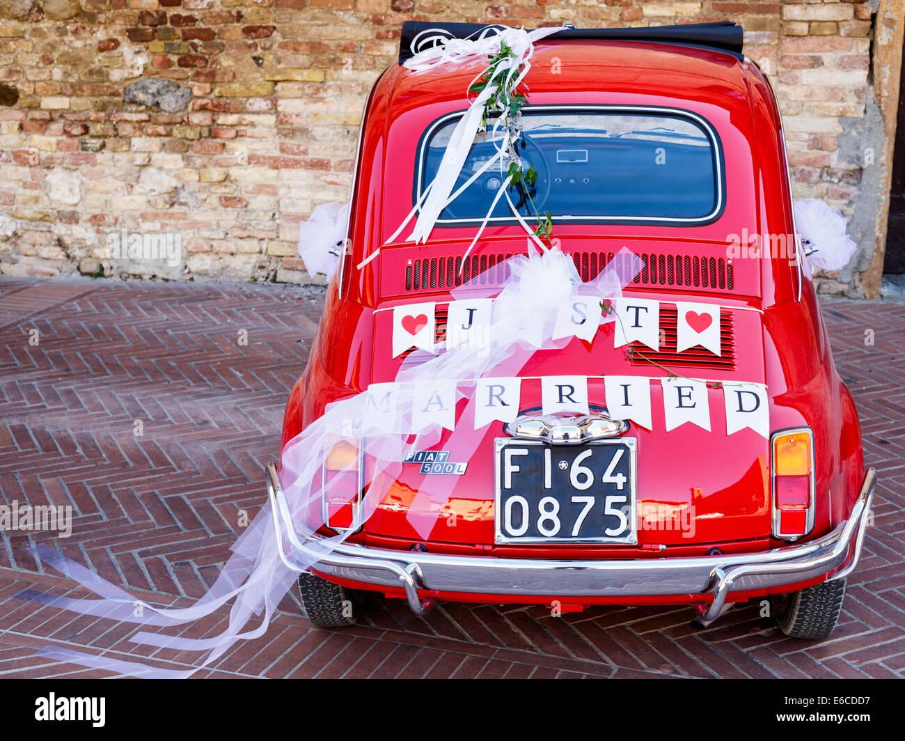 Recién casada escrito en la parte trasera de un Fiat 500 rojo, San Gimignano, Toscana, Italia Imagen De Stock