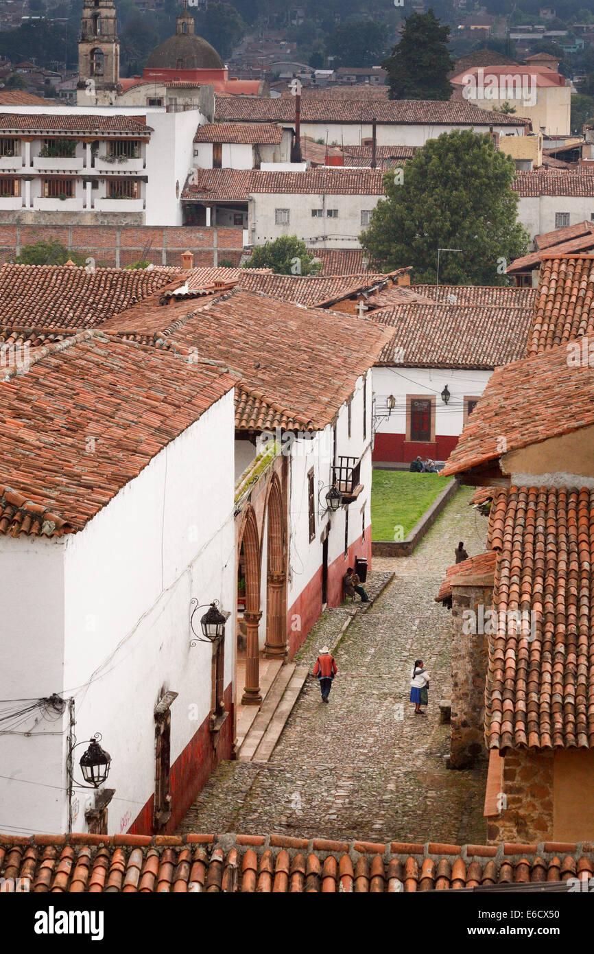 Calle adoquinada, cerca de la una vez patios coloniales en Pátzcuaro, Michoacán, México. Imagen De Stock