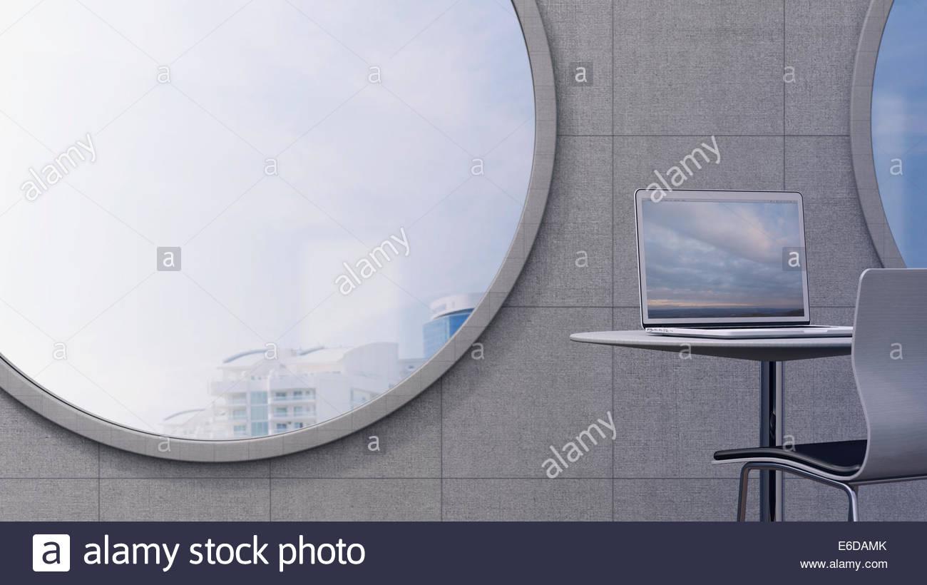 Lugar de trabajo con ordenador portátil delante de un oculus con vistas 3D Rendering Foto de stock