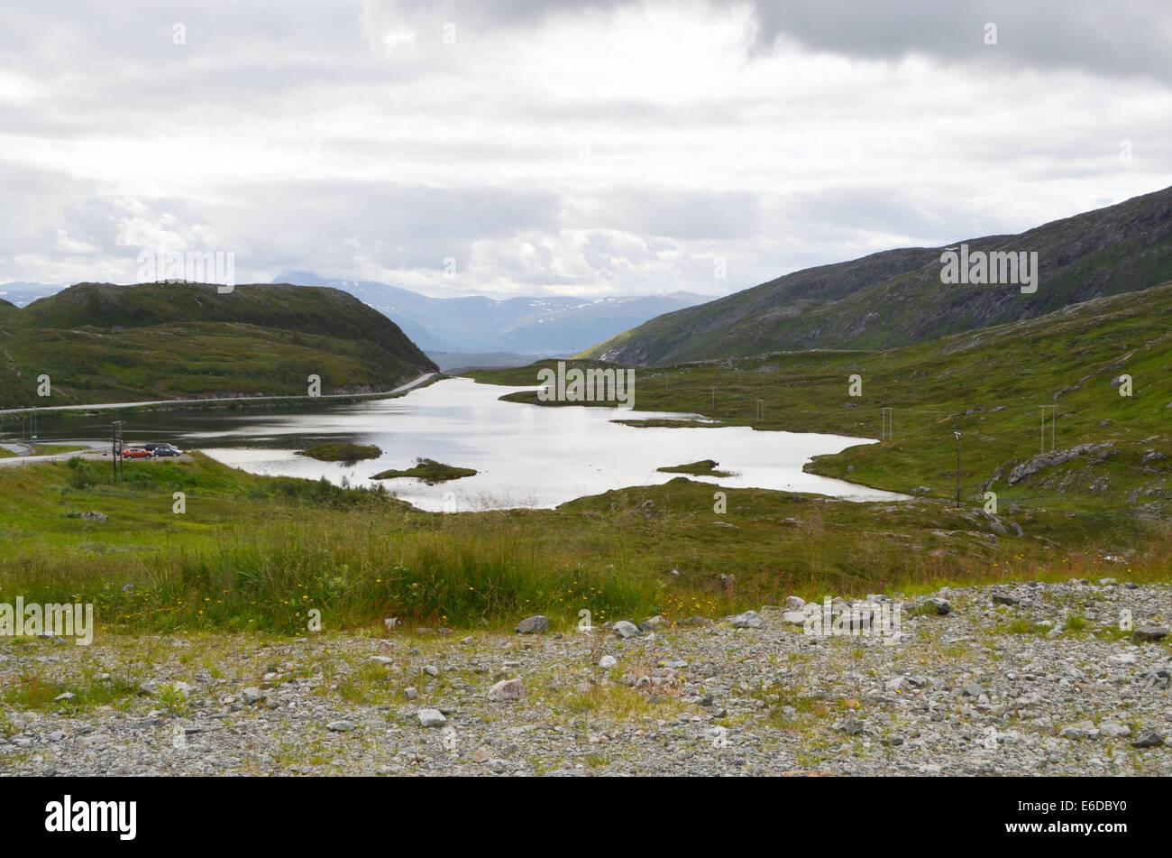 Las colinas y la campiña alrededor de Tromso. Lo que parece un lago grande es realmente el mar. Foto de stock