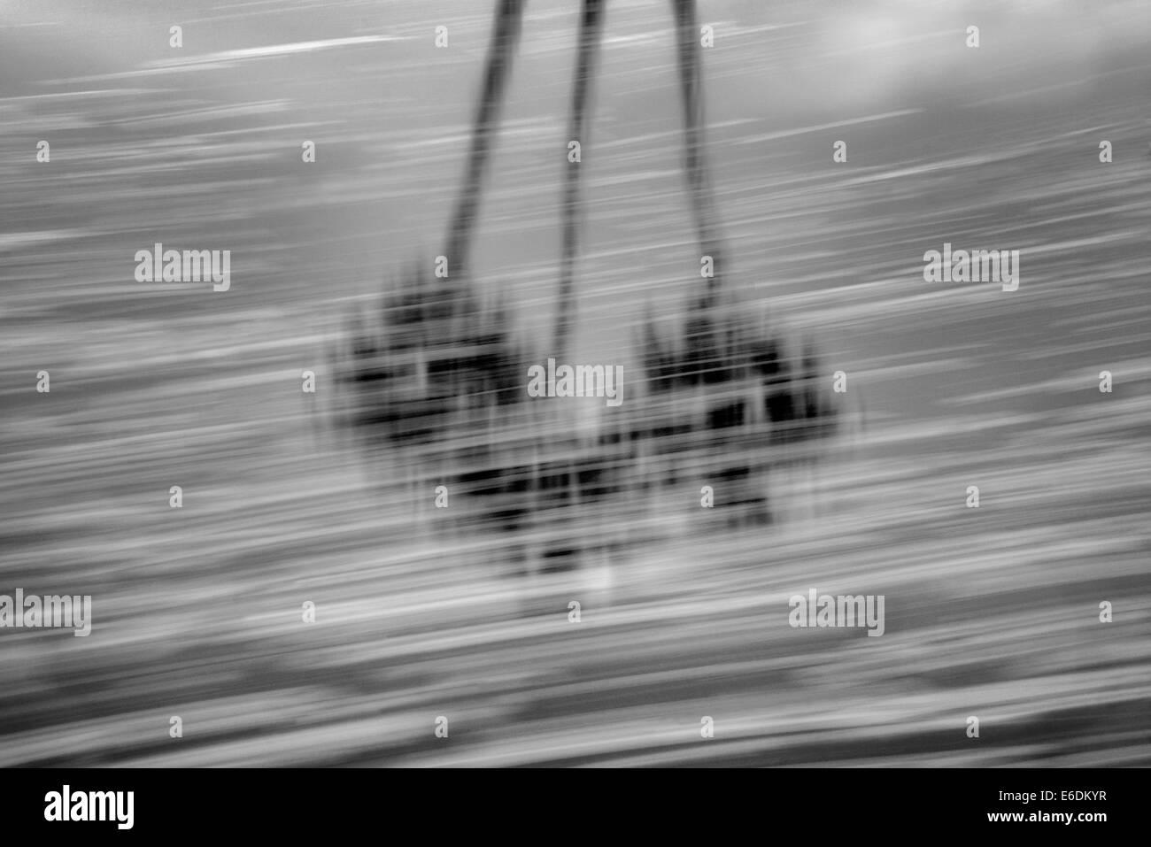 Mover el patrón de espuma sobre el estanque con palmera relfection. Palm Desert, California Imagen De Stock