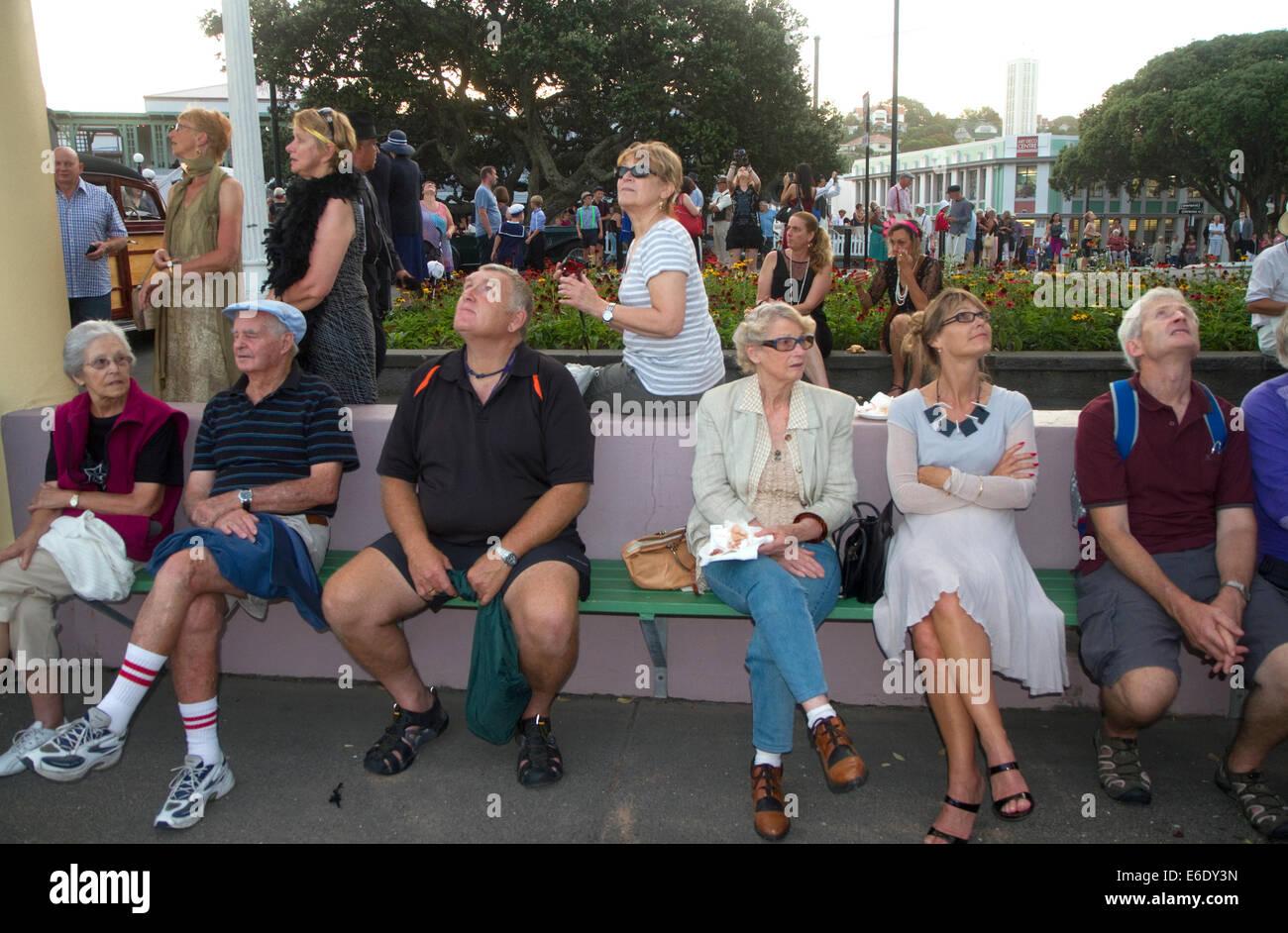 Multitud viendo un espectáculo aéreo militar durante el fin de semana Art Deco Tremains en Napier en la Imagen De Stock