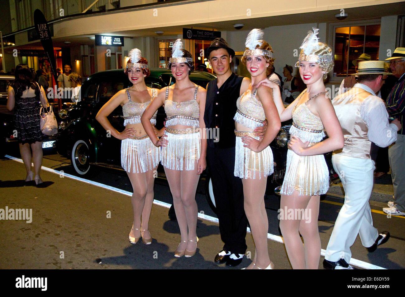 Las mujeres vestidas con ropa de época durante el fin de semana Art Deco Tremains en Napier en la región Imagen De Stock