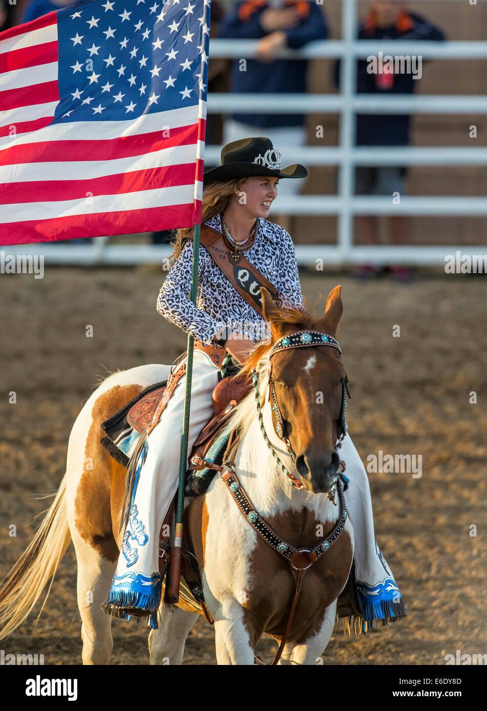 Rodeo reina llevando la bandera americana a caballo durante el Himno Nacional, Chaffee County Fair & Rodeo, Imagen De Stock