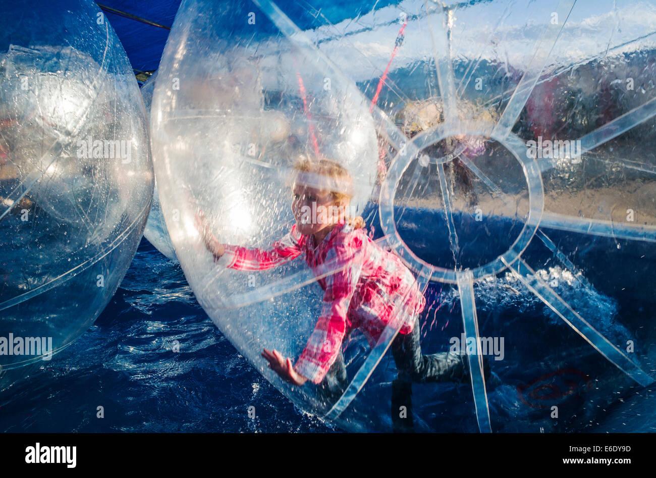 Los niños juegan en el agua, grandes burbujas infladas bolas flotando en un charco de agua, Chaffee County Imagen De Stock
