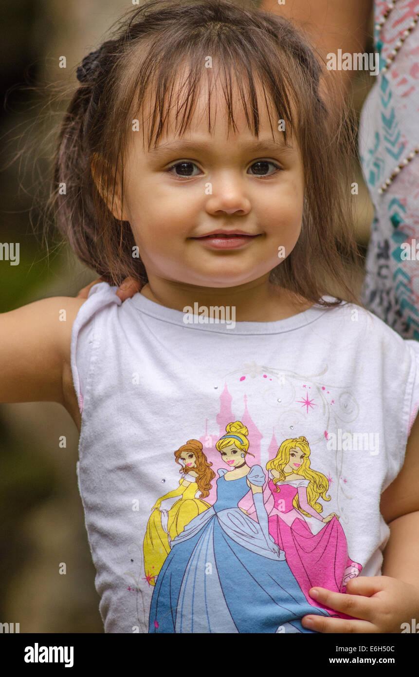 Niña de dos años en la princesa t-shirt Imagen De Stock