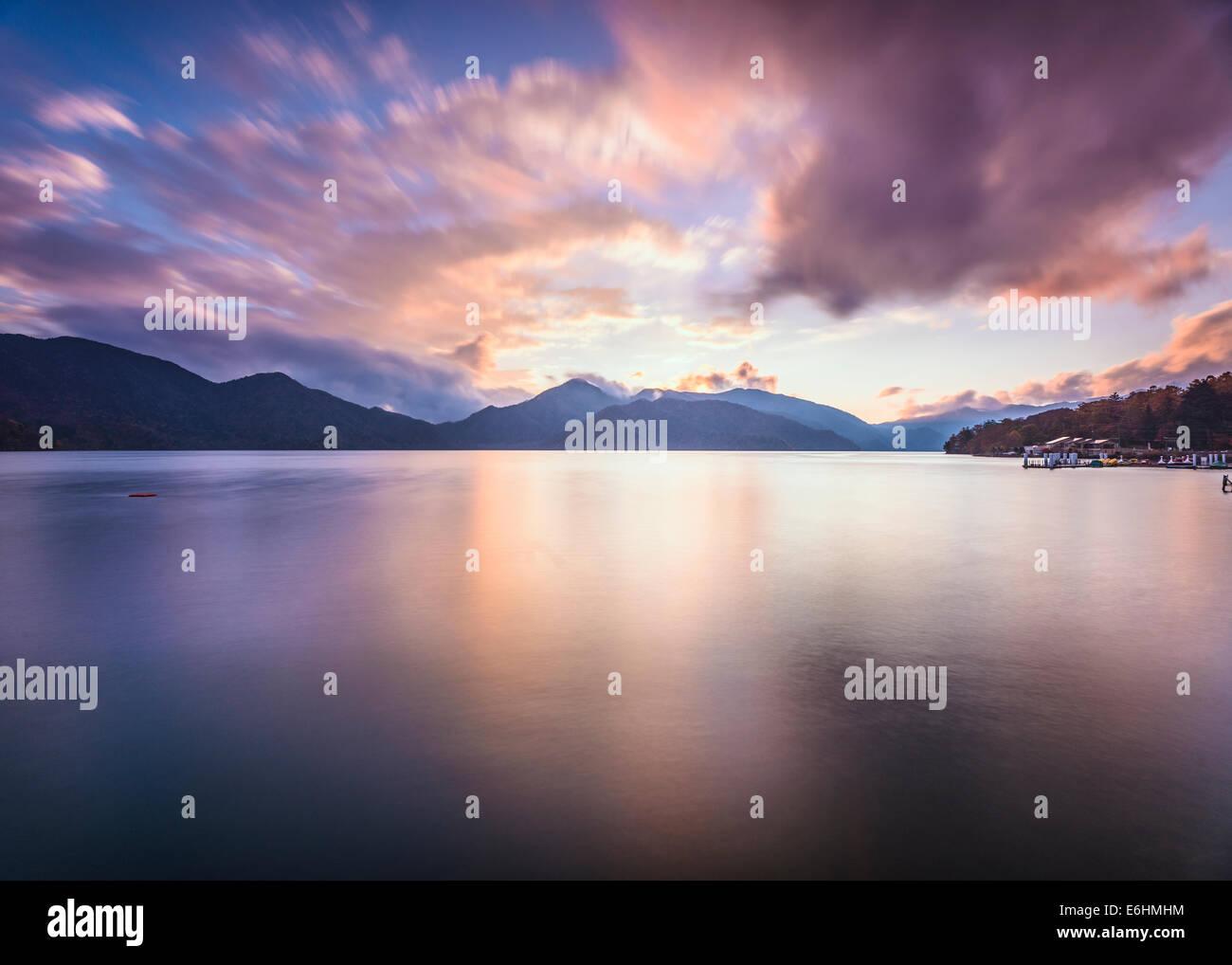El lago Chuzenji en Nikko, Japón. Imagen De Stock