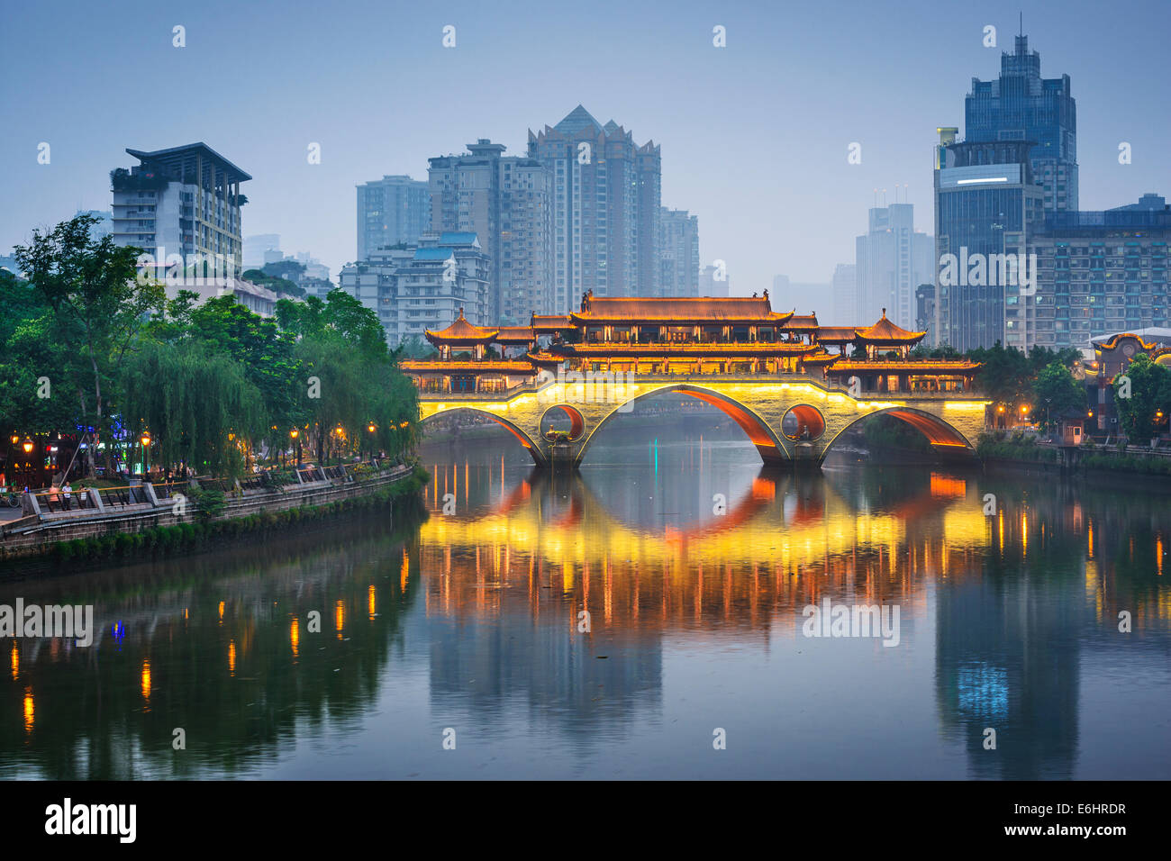 De Chengdu, Sichuan, China en Anshun Bridge. Imagen De Stock