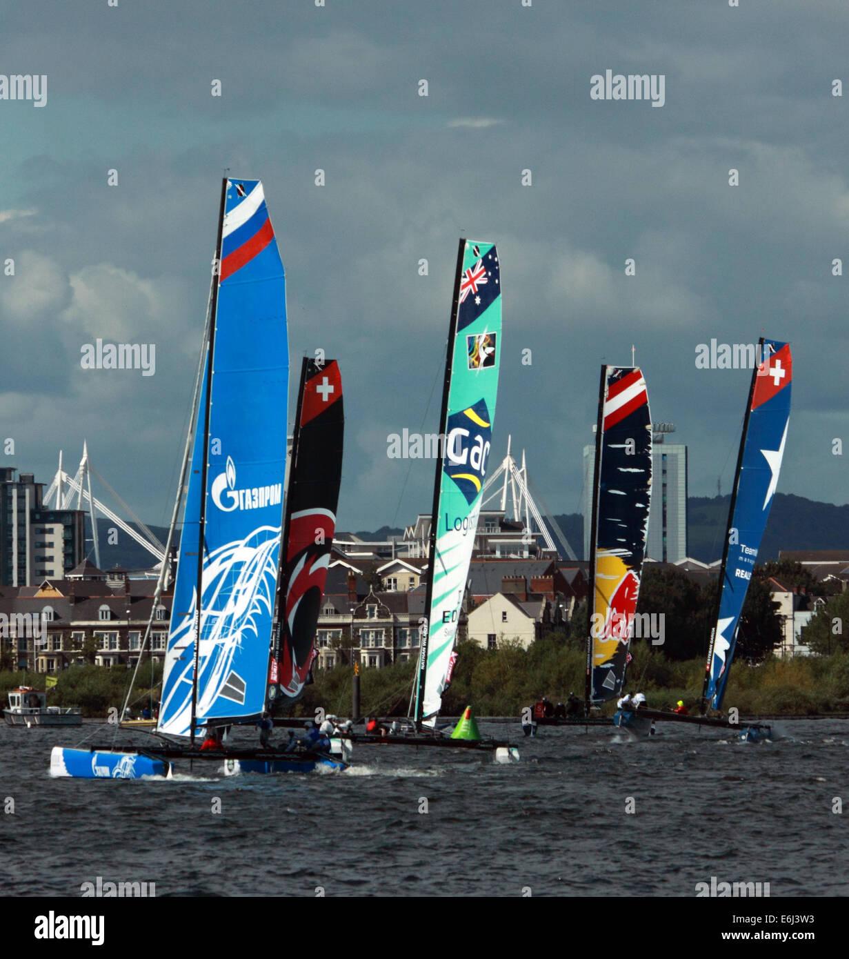 Los catamaranes que toman parte en la extrema evento náutico en la Bahía de Cardiff, el 23 de agosto de Imagen De Stock