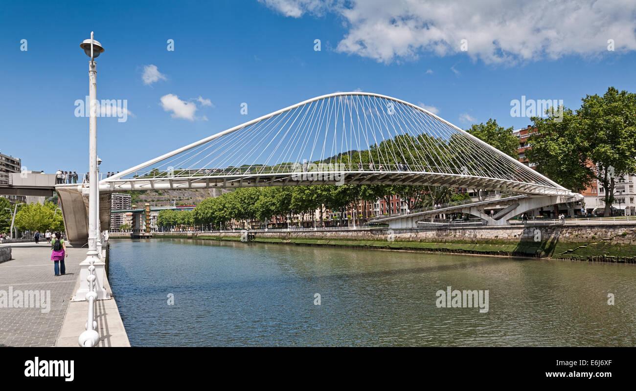 Puente peatonal Zubizuri en Bilbao, España, diseñado por Santiago Calatrava. Imagen De Stock
