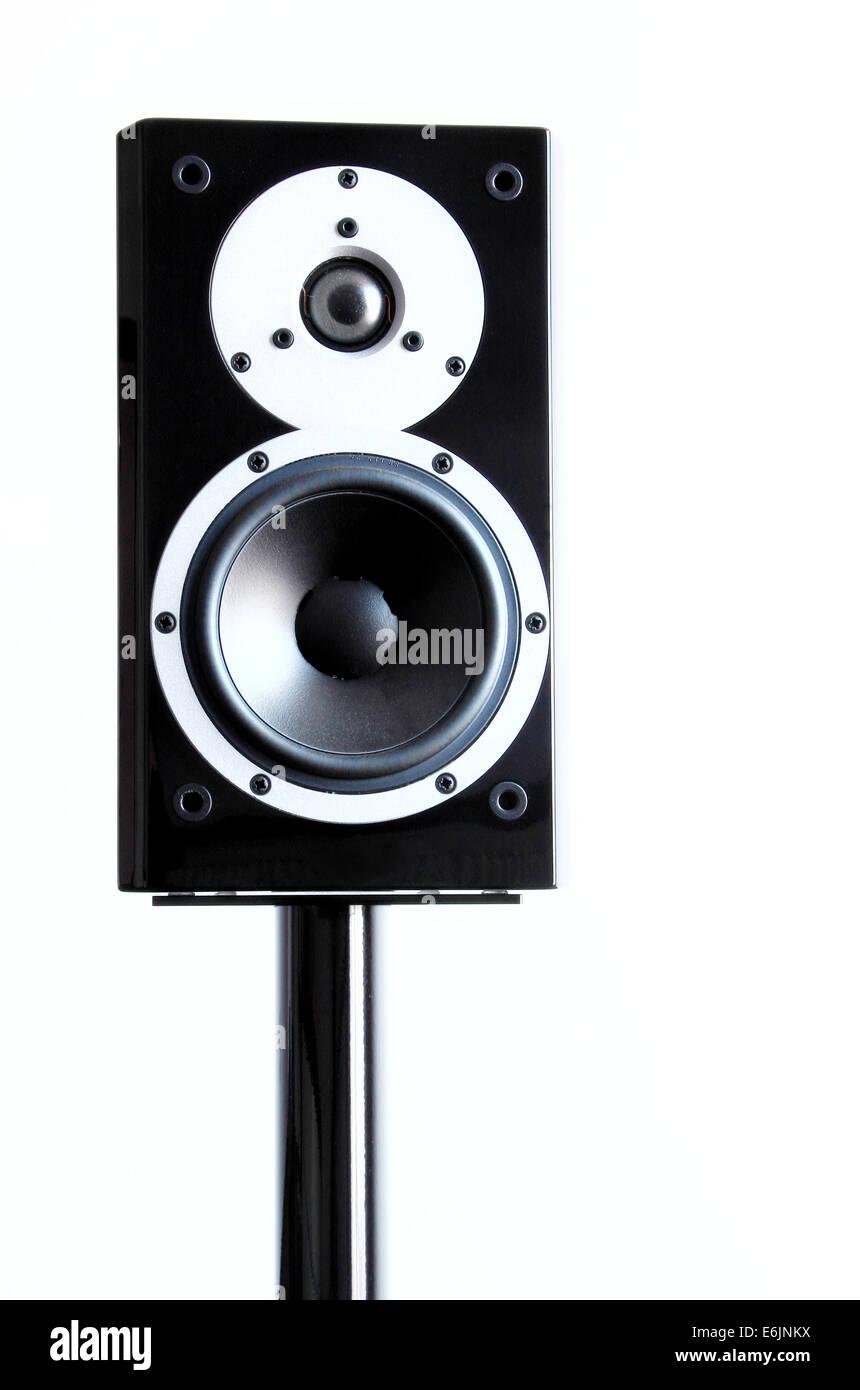 Altavoces de audio negro sobre un soporte aislado sobre fondo blanco. Foto de stock