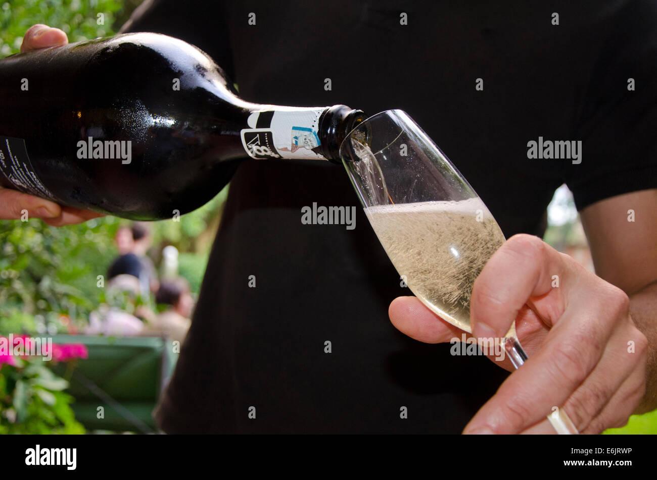 Hombre sirviendo un Prosecco V8+, un vino espumoso italiano Foto de stock