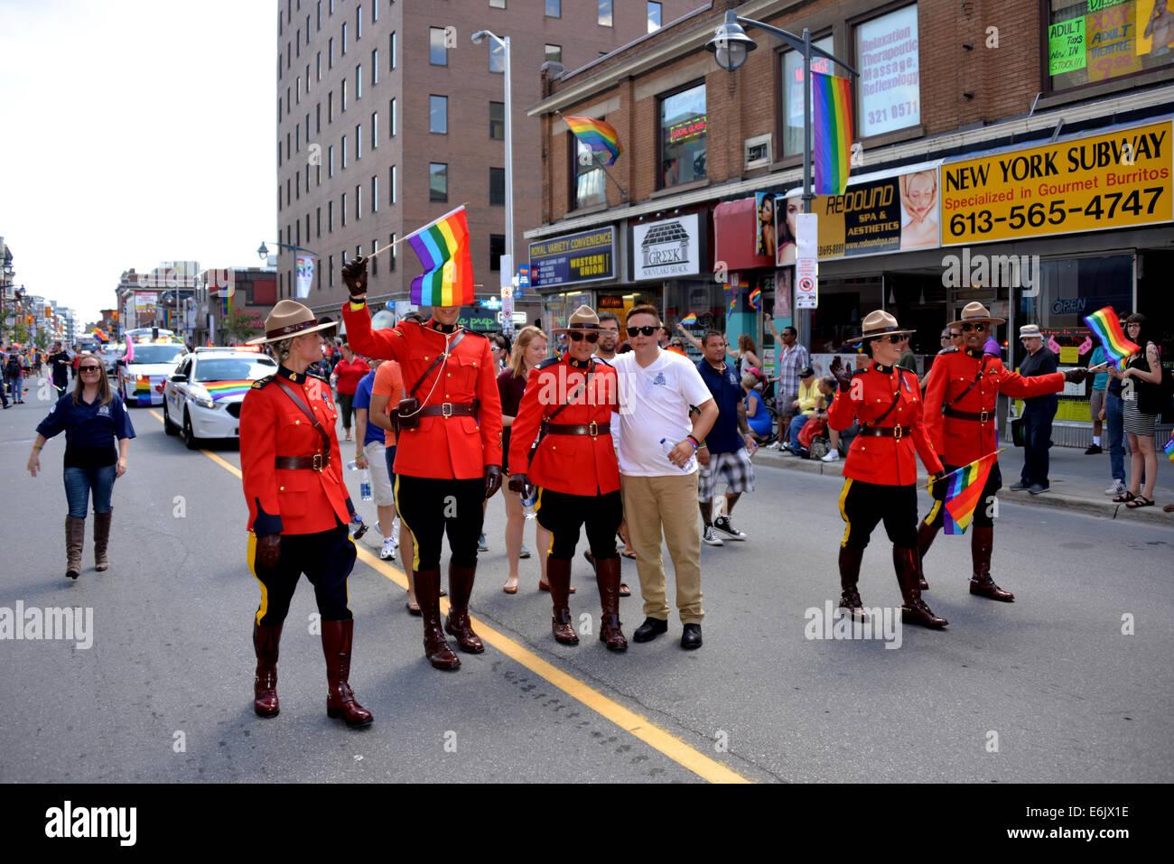 Ottawa, Canadá - Agosto 24, 2014: Los miembros de la Real Policía Montada del Canadá participan en Imagen De Stock