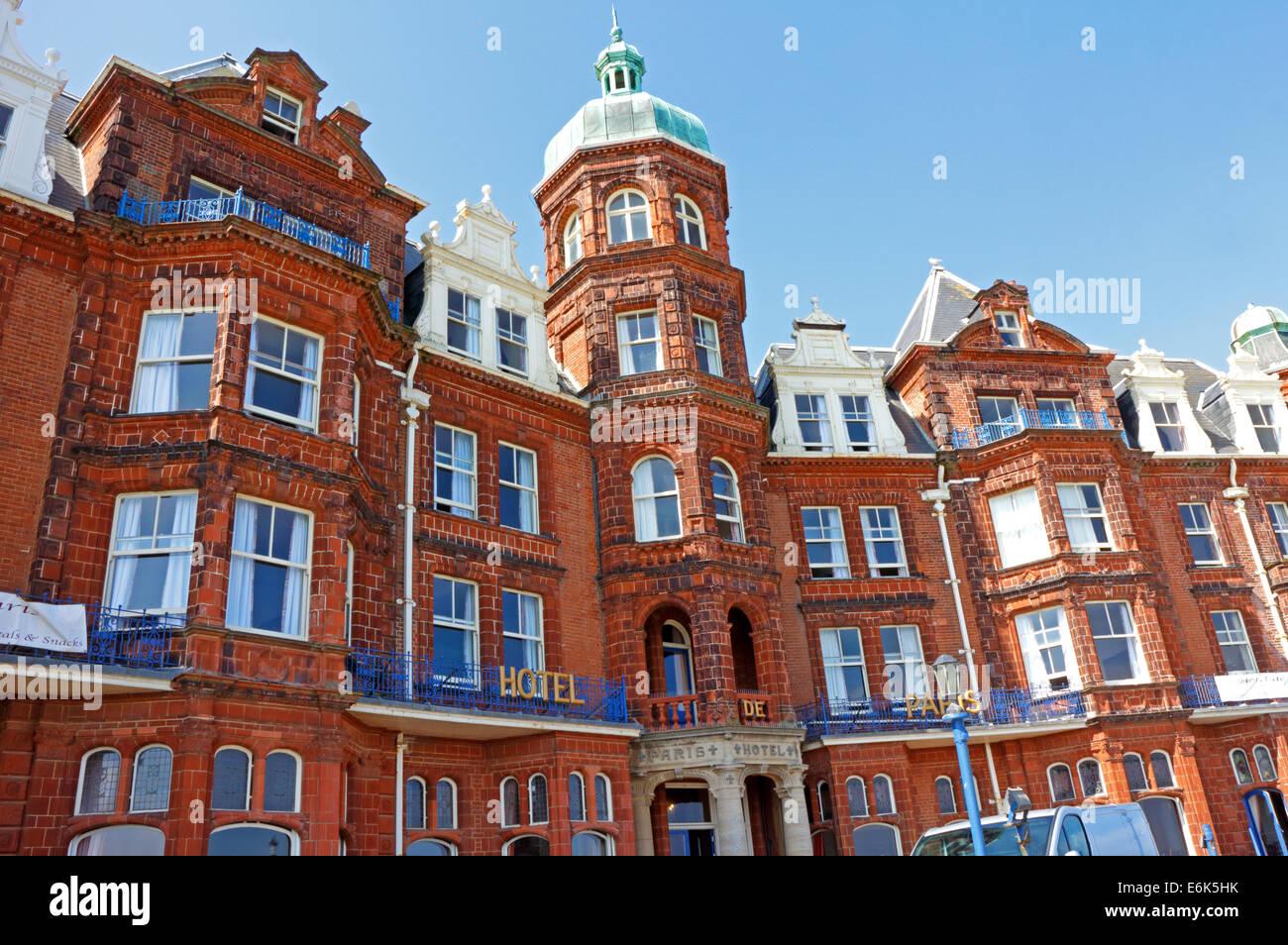 El Hotel de Paris, en el paseo marítimo de la ciudad balnearia de Cromer, Norfolk, Inglaterra, Reino Unido. Foto de stock